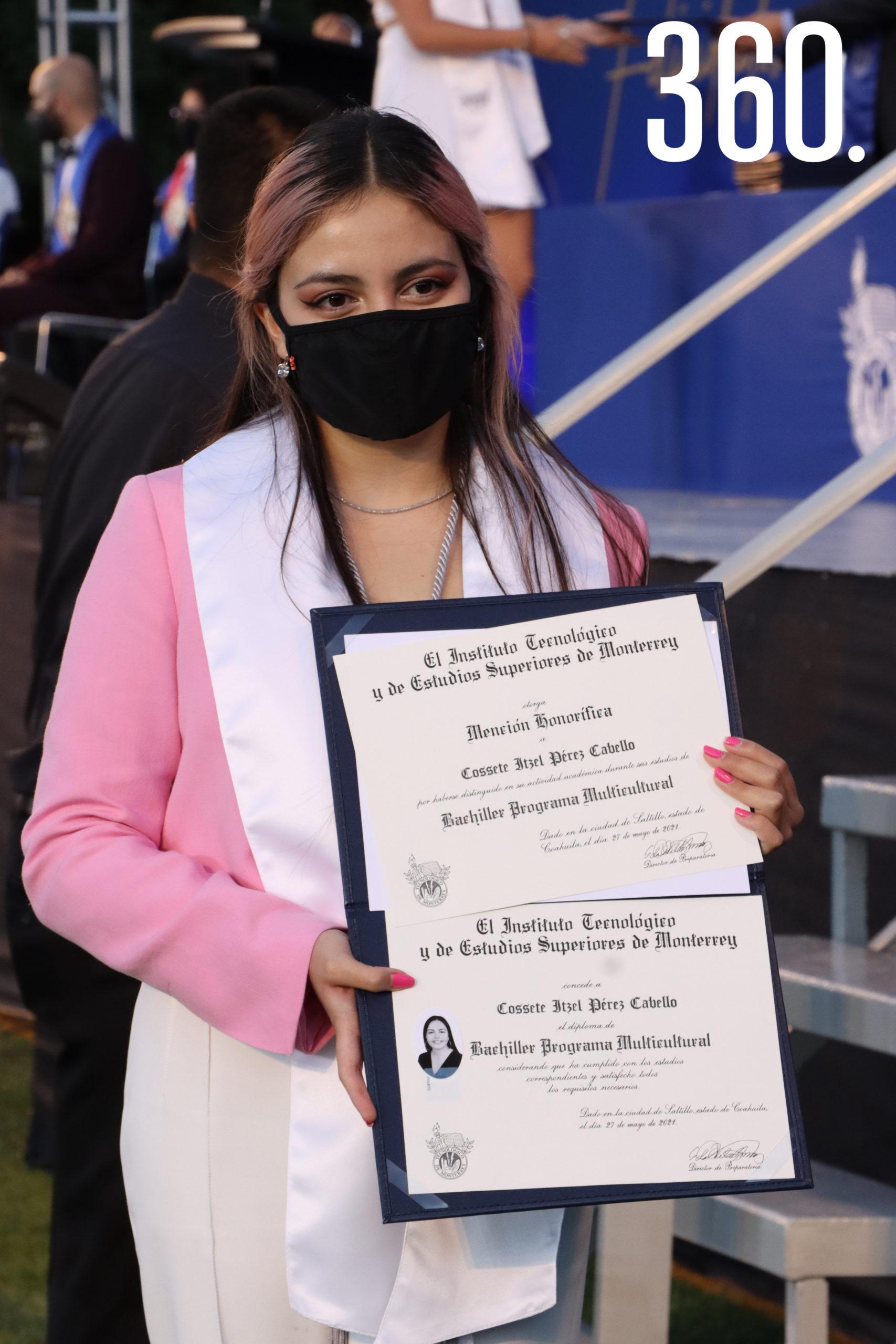 Cossete Itzel Pérez graduada con Mención Honorífica.