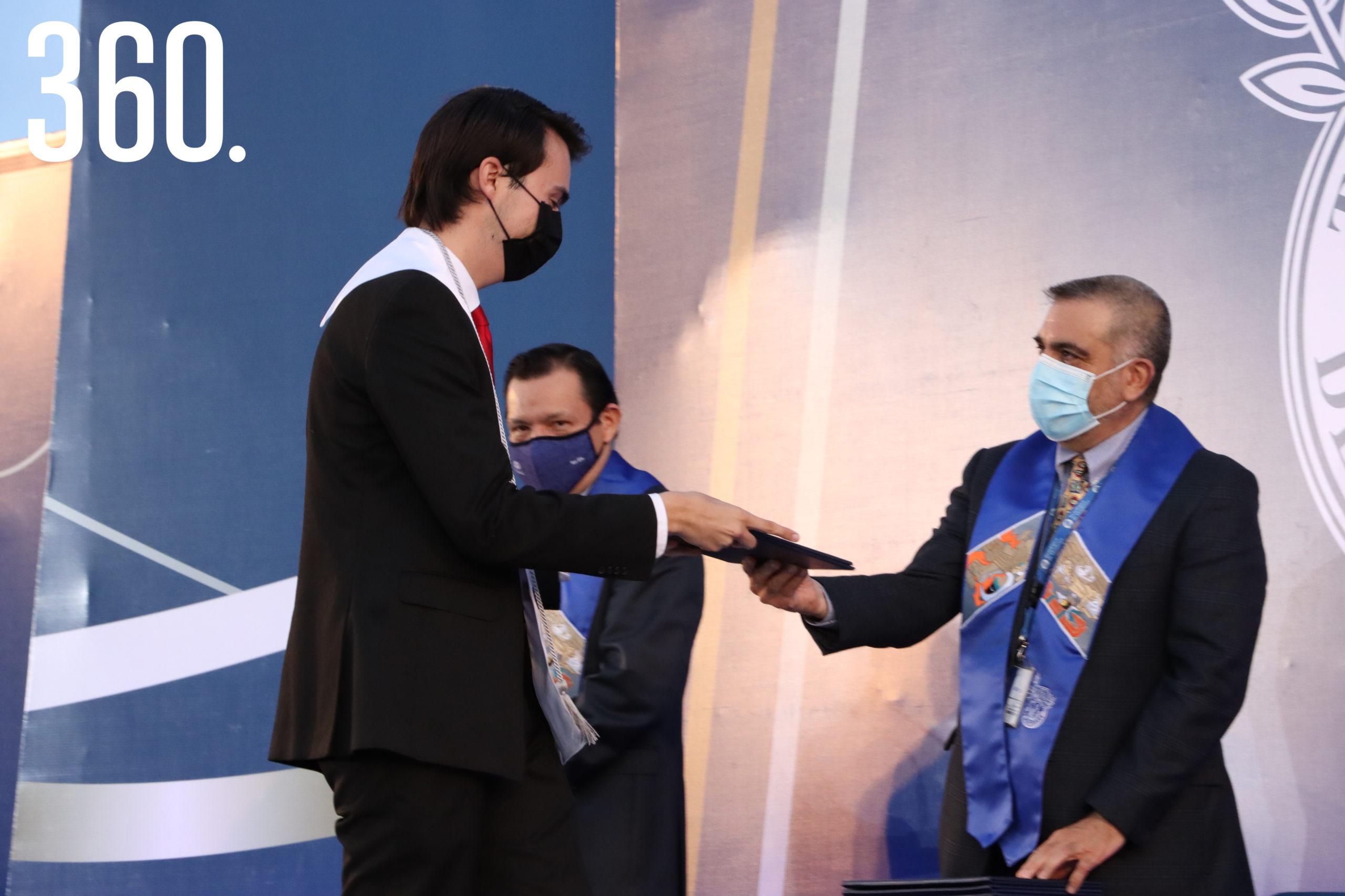 Diego José Mercado recibió su certificado y Mención Honorífica de manos de Gilberto Tomás Armienta Trejo.