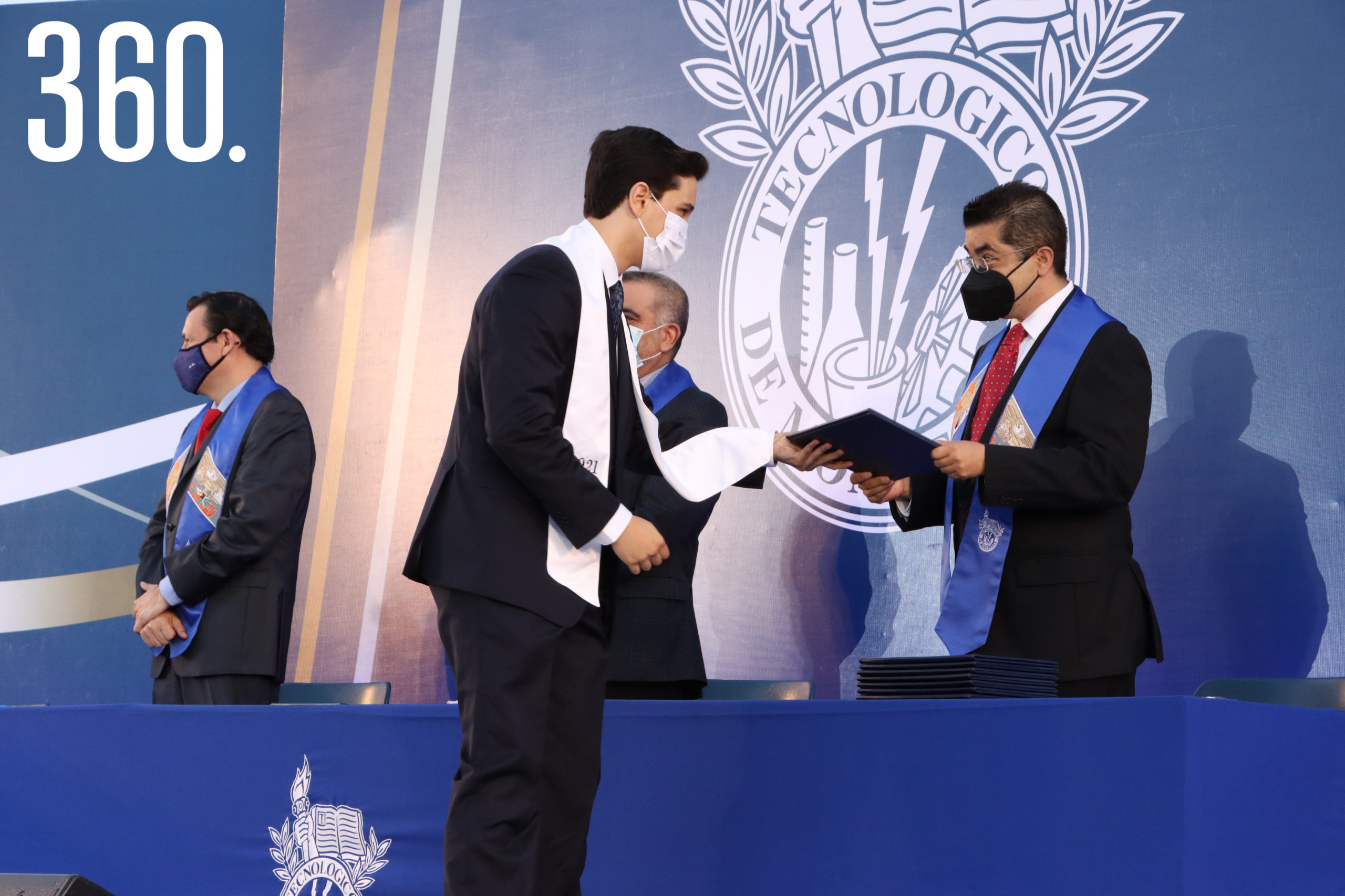 David Garza Castilla recibió su certificado de manos de Carlos Velázquez García.