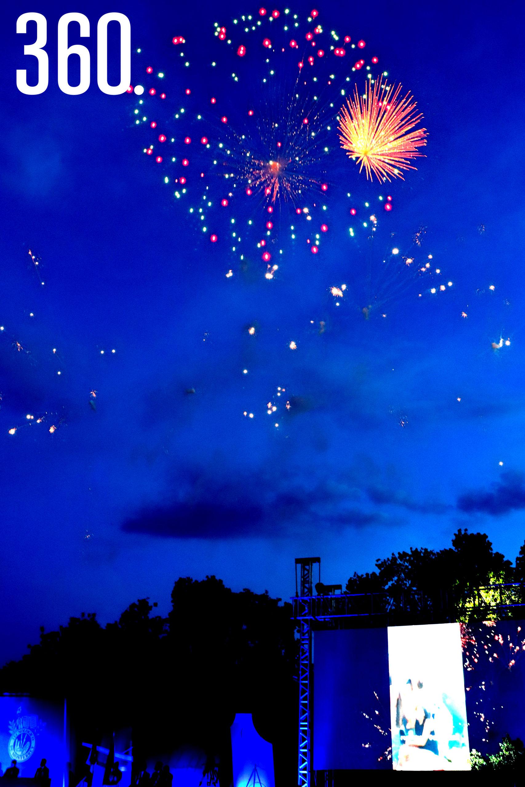 Fuegos artificiales iluminaron la noche al final de la ceremonia de graduación de la Generación 2021 del Bachillerato Multicultural del ITESM campus Saltillo.