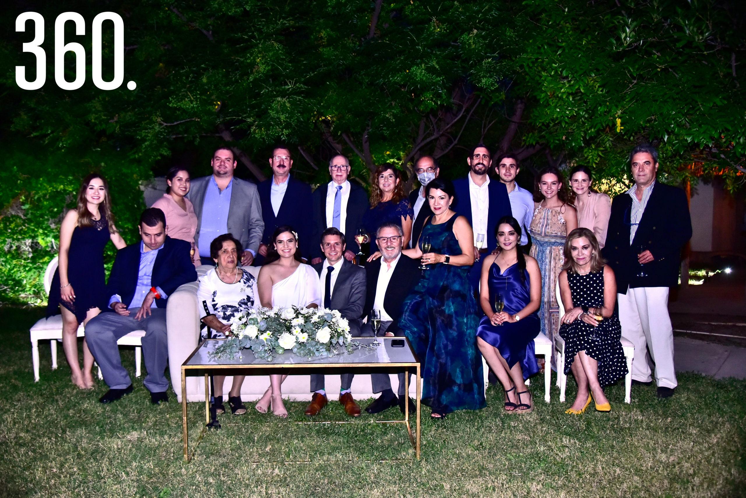Ana Sofía Saucedo Orta y Gerardo Camacho Sánchez acompañados por sus familiares.