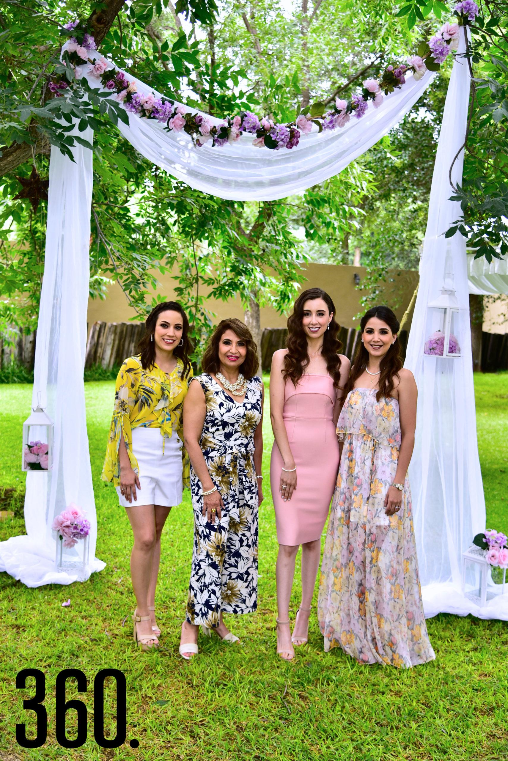 Sofía Elguezabal con las organizadoras, Karla Treviño, Martha Mireya Munguía y Daniela Treviño.
