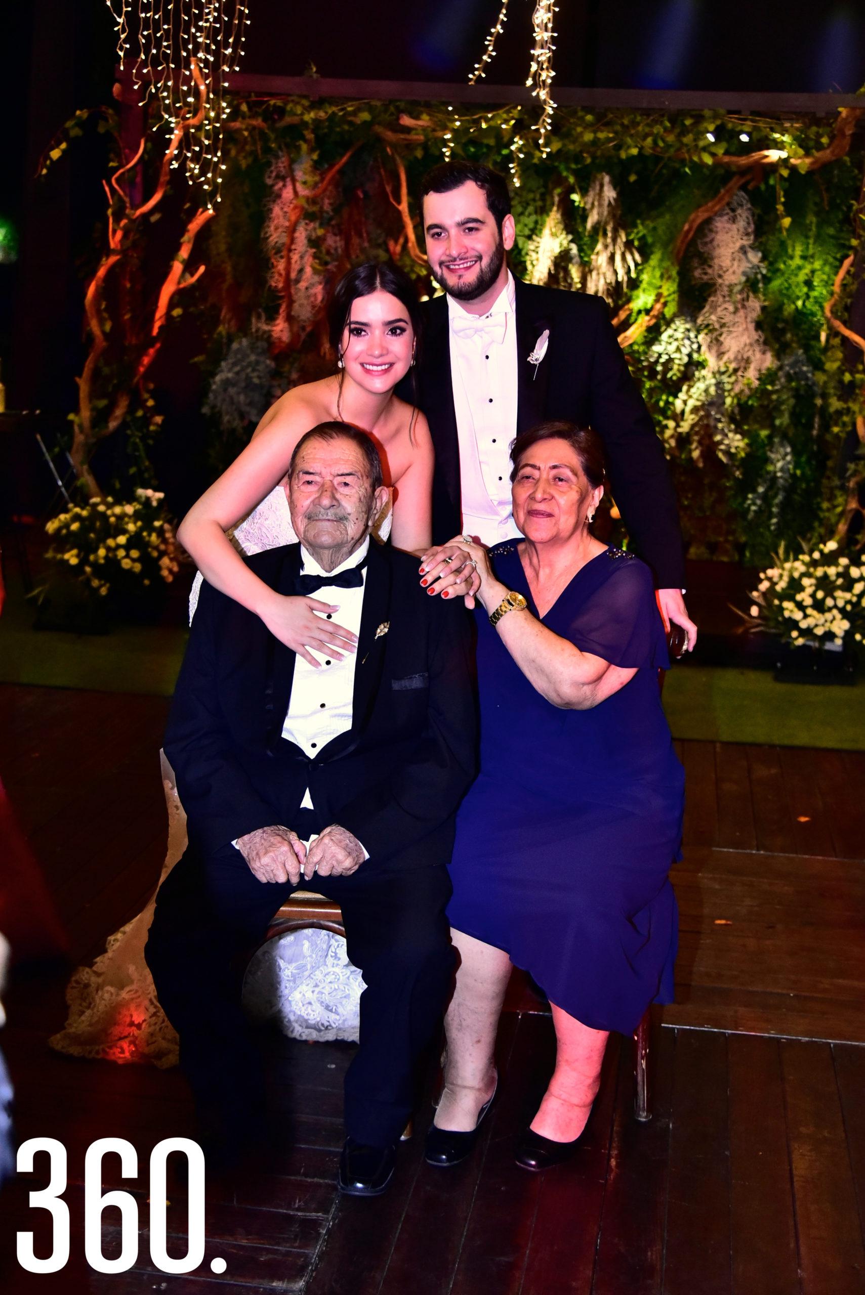 Federico Del Río Abundis y Sofía Chávez con sus abuelitos Rene Chávez y María del Refugio Martínez.