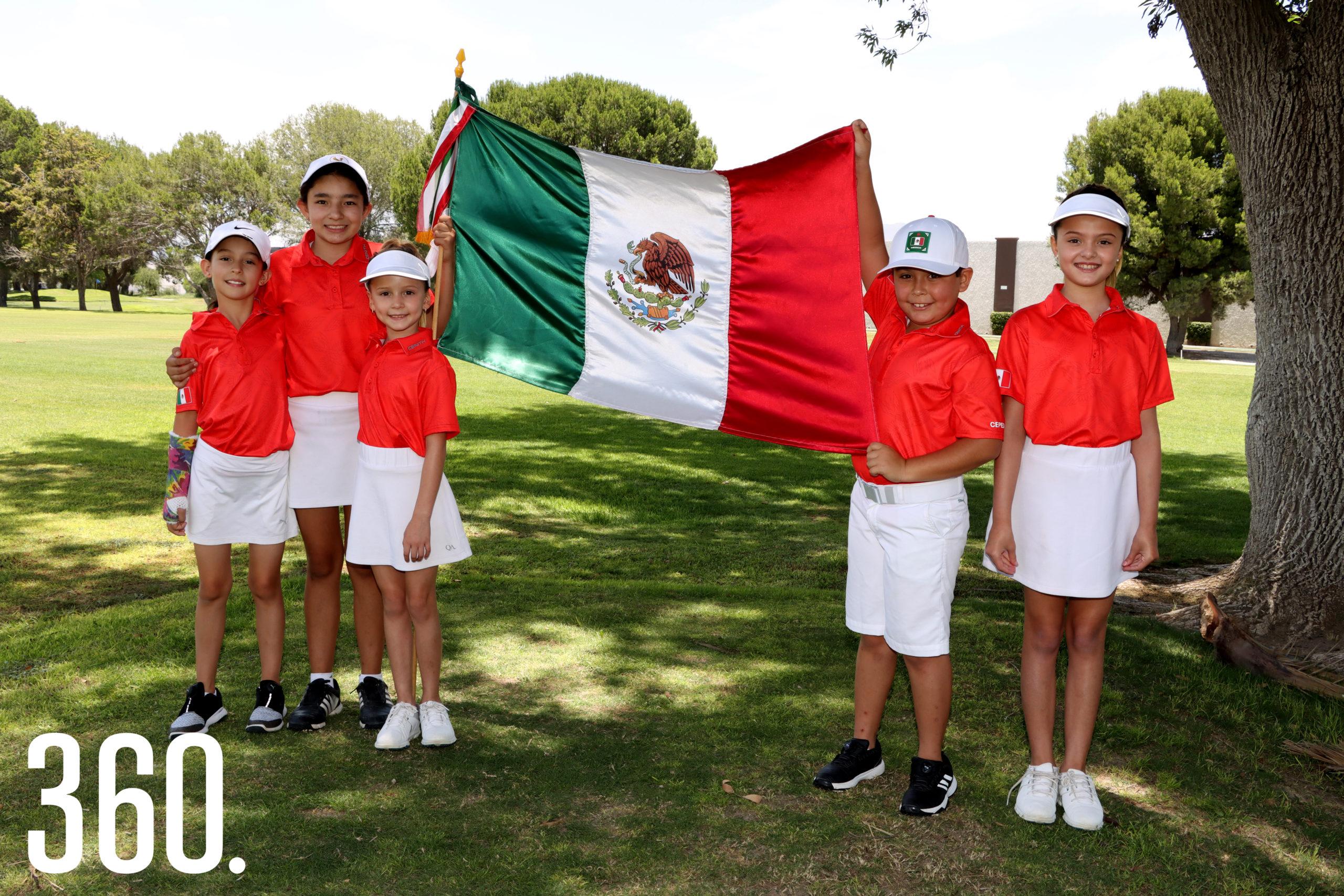 María Paula Rodríguez, Paloma Ibarra Ambia, Mariel López Ruiz, Román Cepeda Dewey y Elsa María López Ruiz listos para jugar en los mundiales de Golf representando a México.