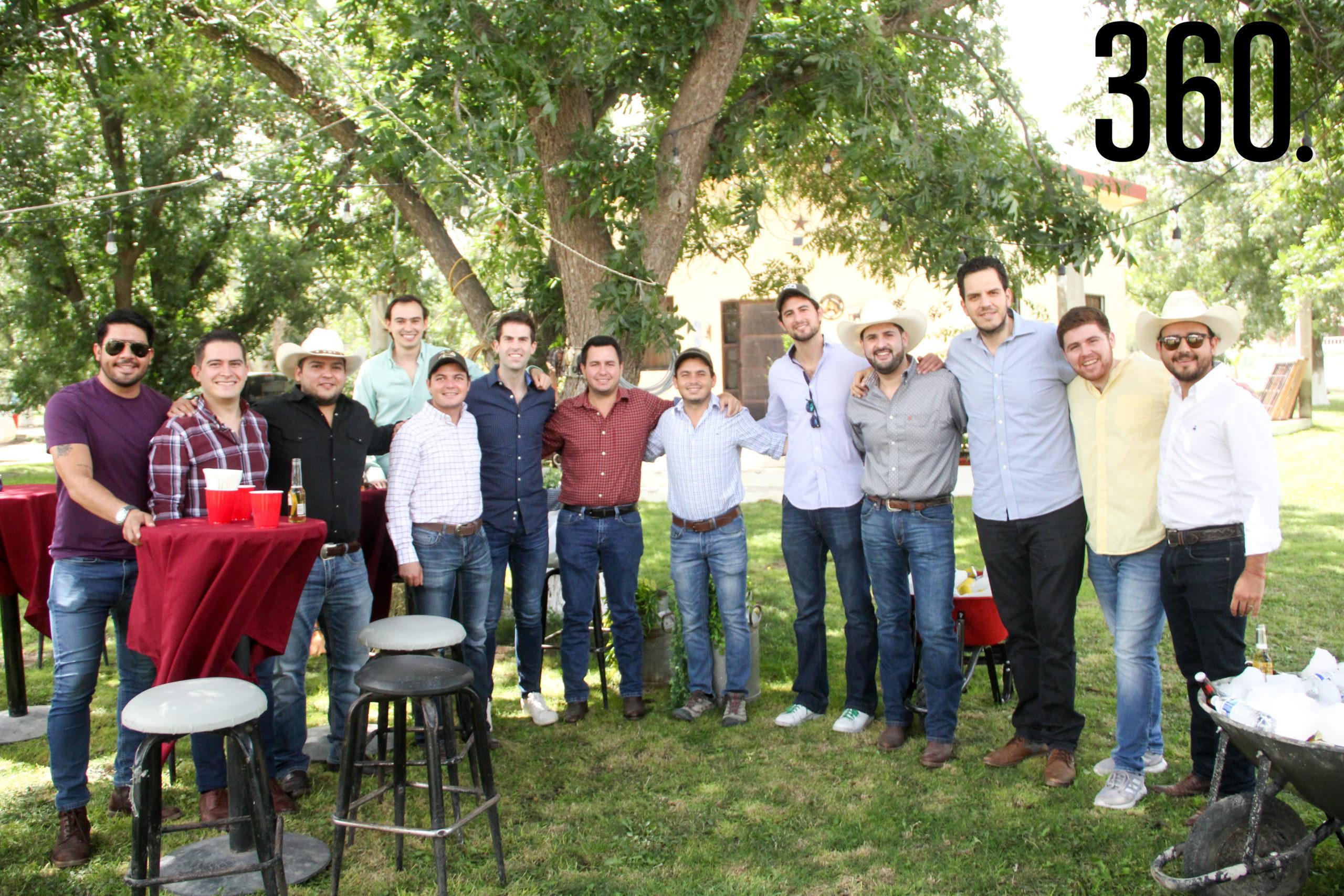 Carlos Dávila con sus amigos.