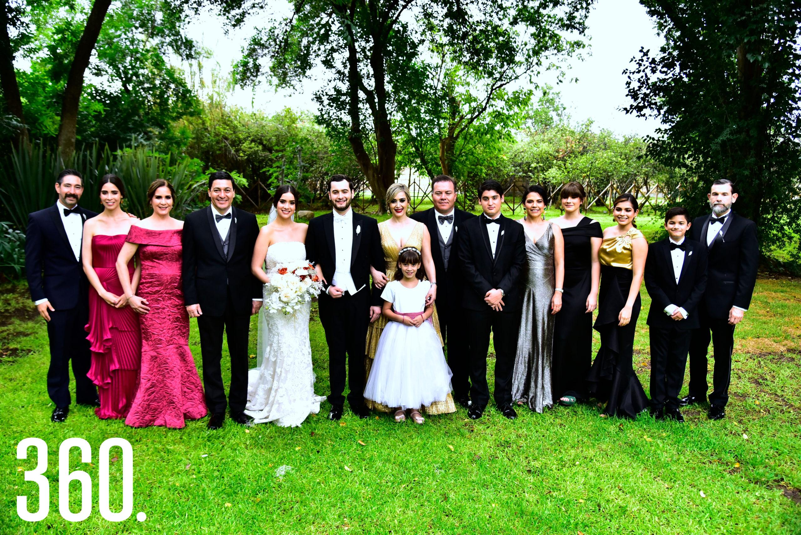 Las familias Chávez Gómez y Del Río Abundis acompañados de los novios.