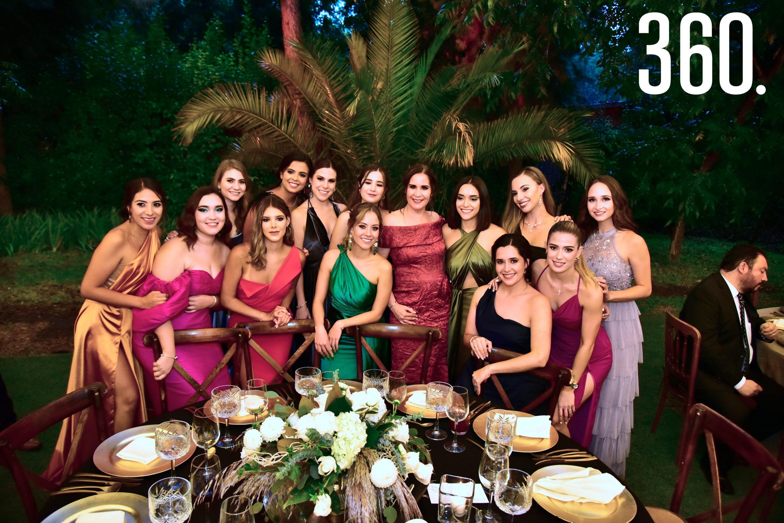 Amigas de Sofía acompañadas de Alma Leticia Gómez, mamá de la novia.