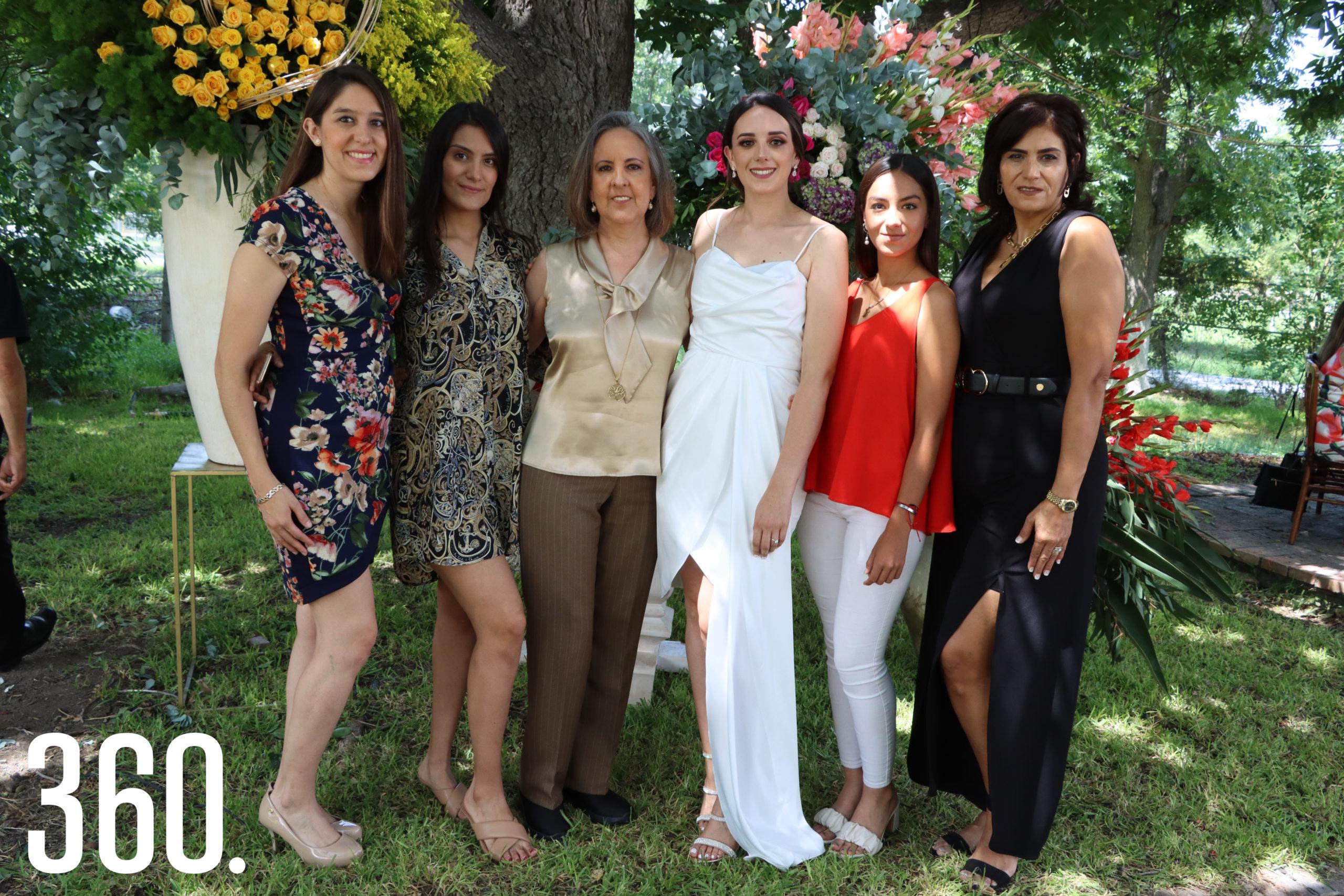 Ana Isabel, Fernanda, Ana María, Paola y Michelle Pepi acompañadas por Fernanda Rodríguez y Martha Zapata.