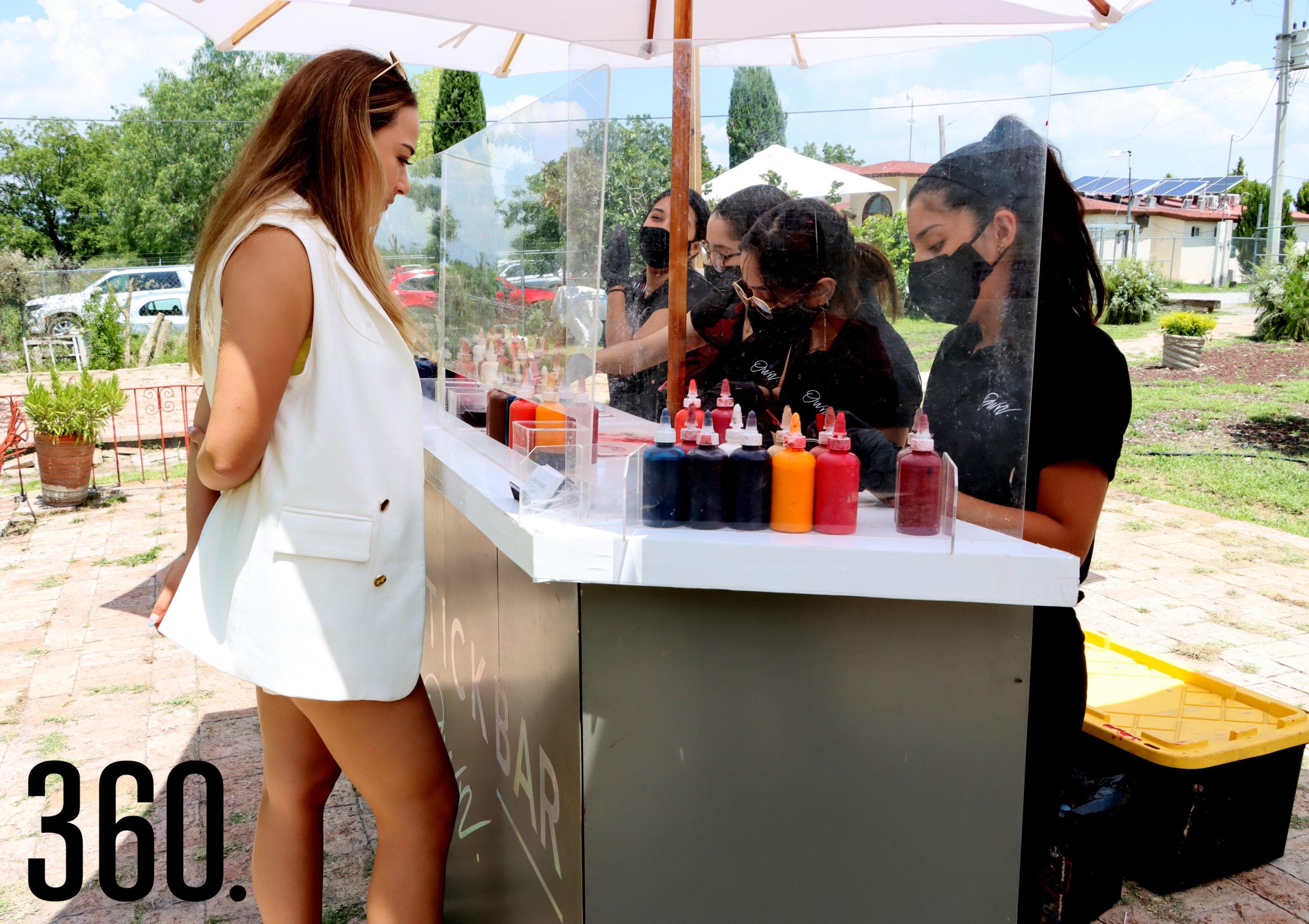 """Andrea Fabian en el """"Lipstick Bar""""."""