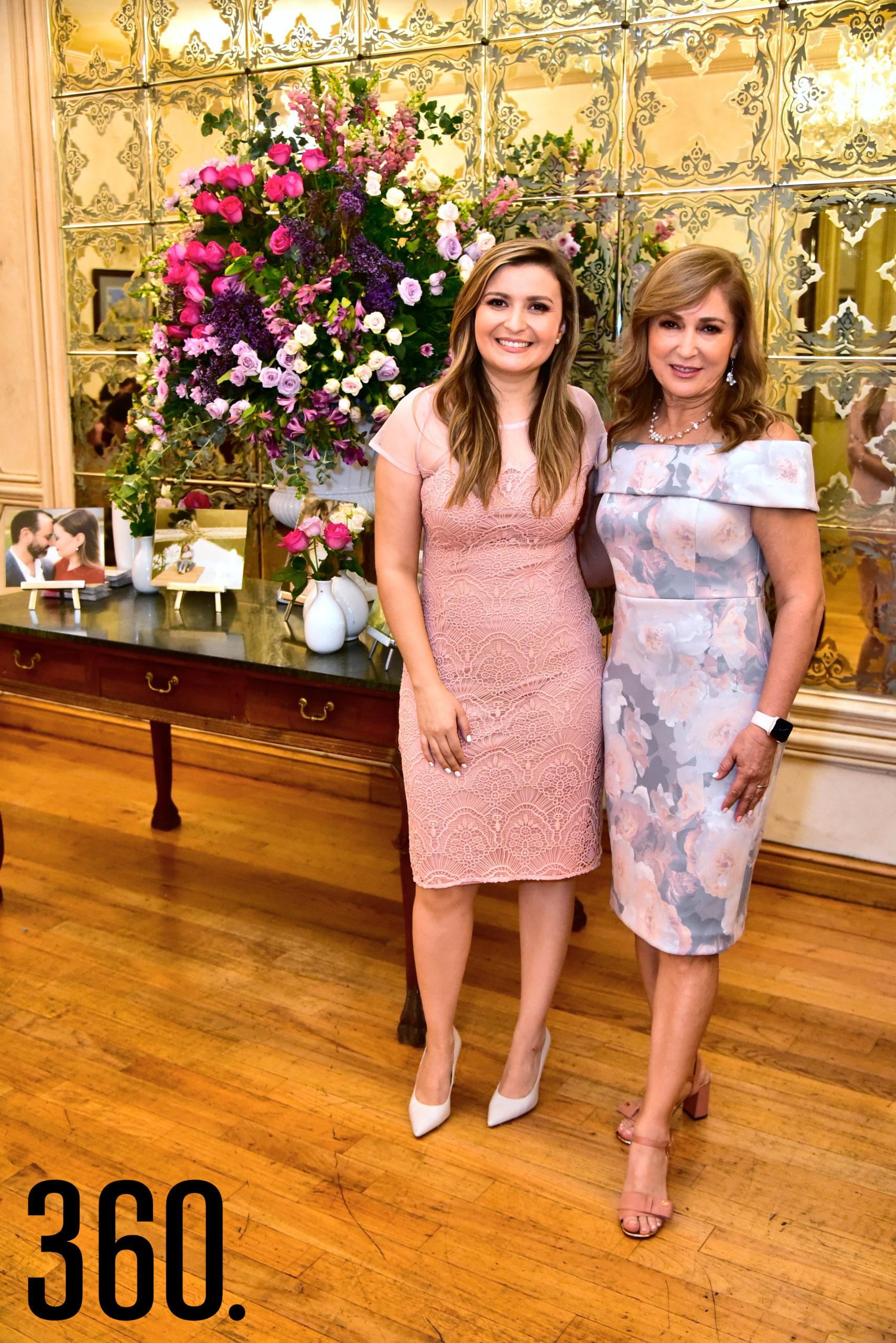 Cecilia de la Garza con su mamá Cecilia Martínez.