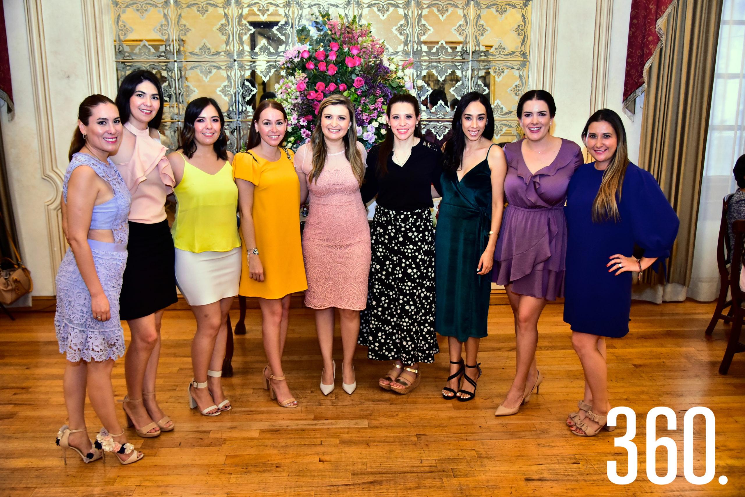 Cecilia de la Garza Martínez acompañada de sus amigas.