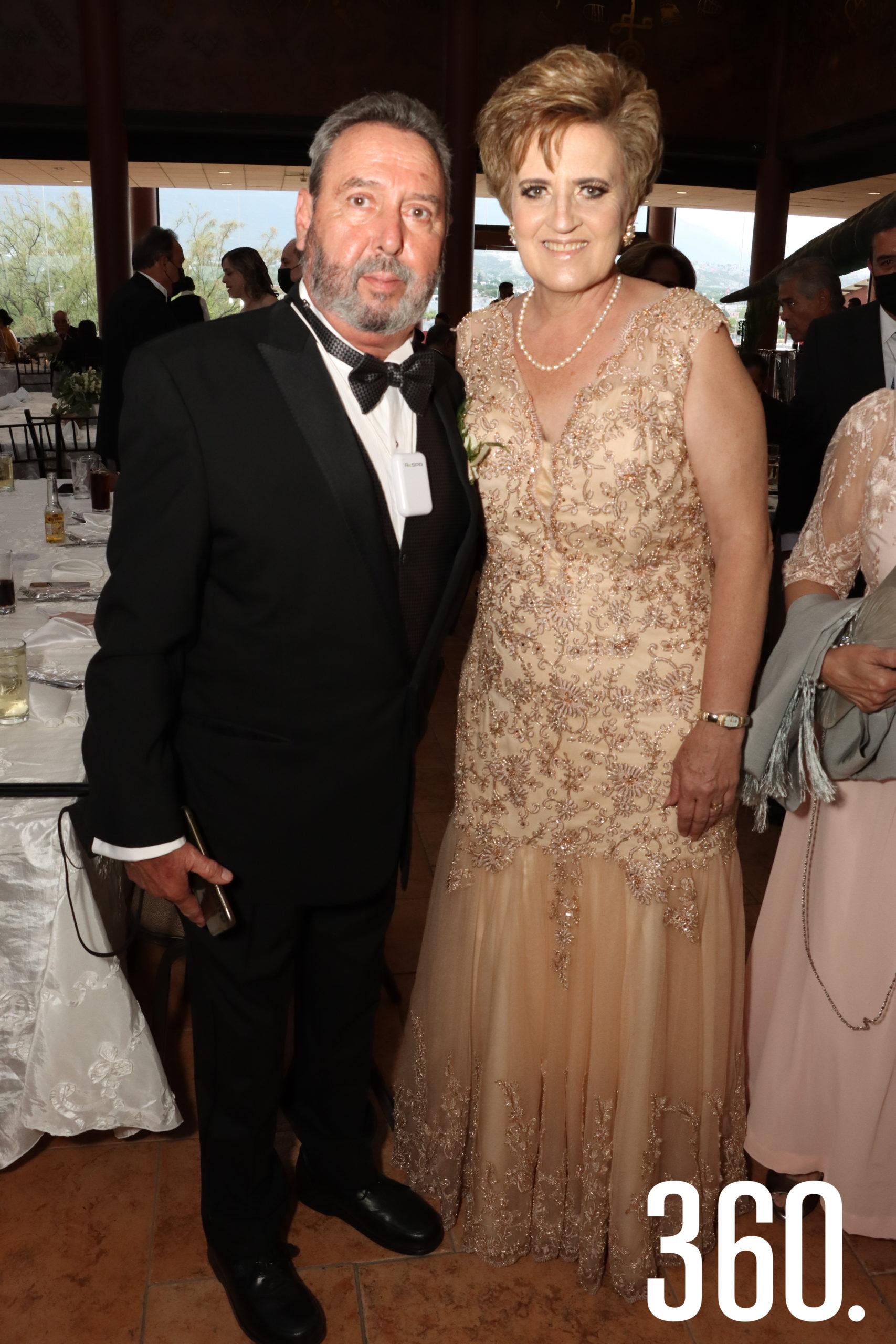 Gerardo Villalobos Alvarado y Gina Rodríguez de Villalobos, padres del novio.
