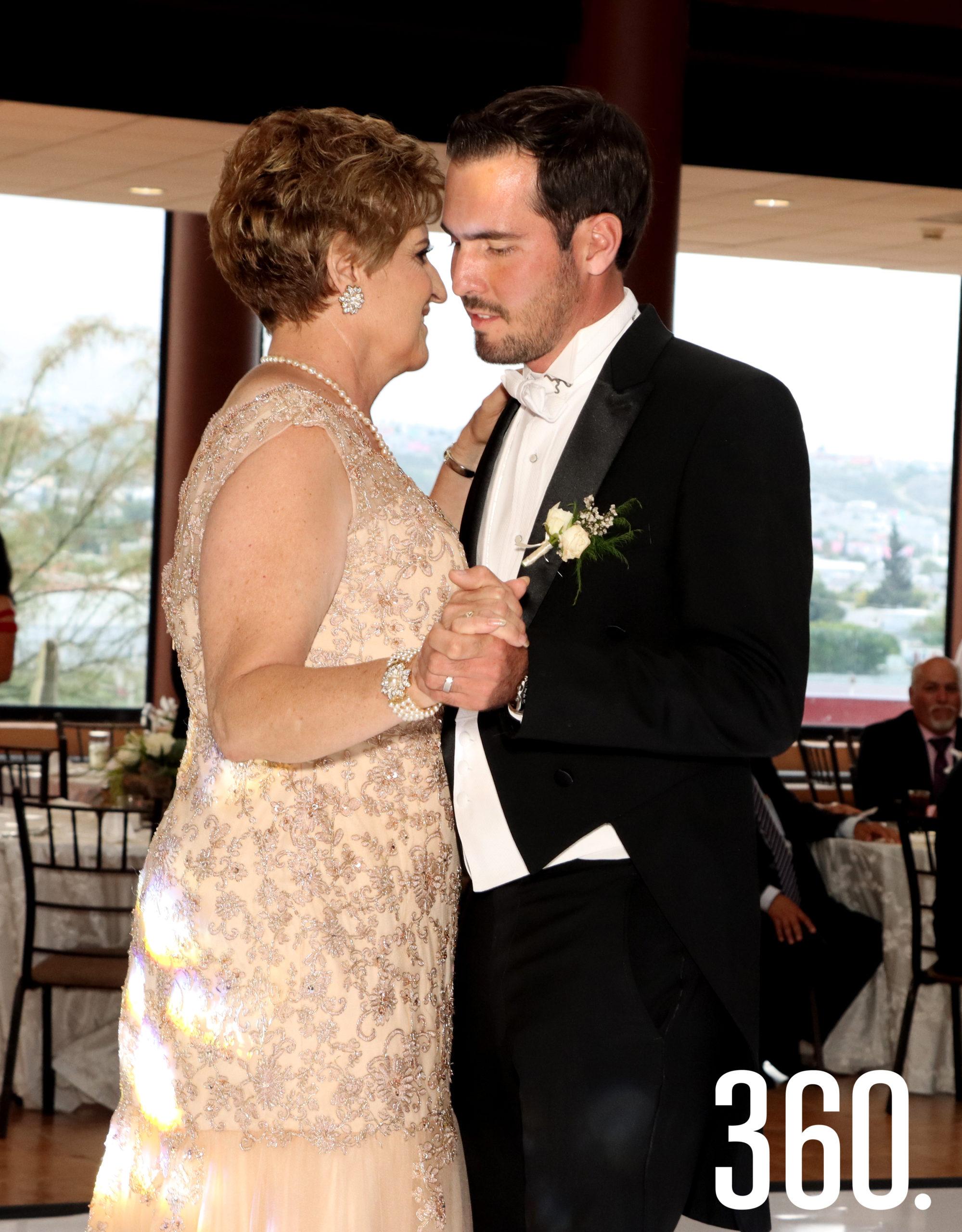 """Gina Rodríguez de Villalobos con su hijo Juan Pablo Villalobos bailó el tema """"Mi primer amor""""."""