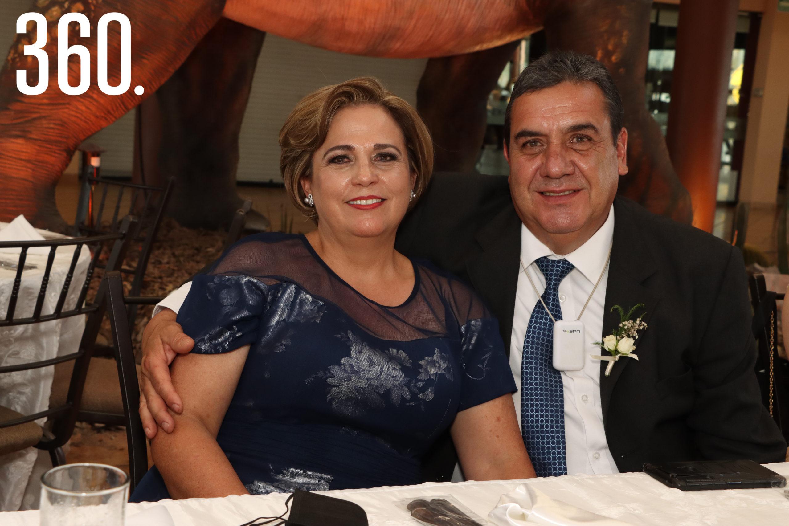 Aracely Oyervides y Alejandro Villalobos fueron los padrinos de anillos.