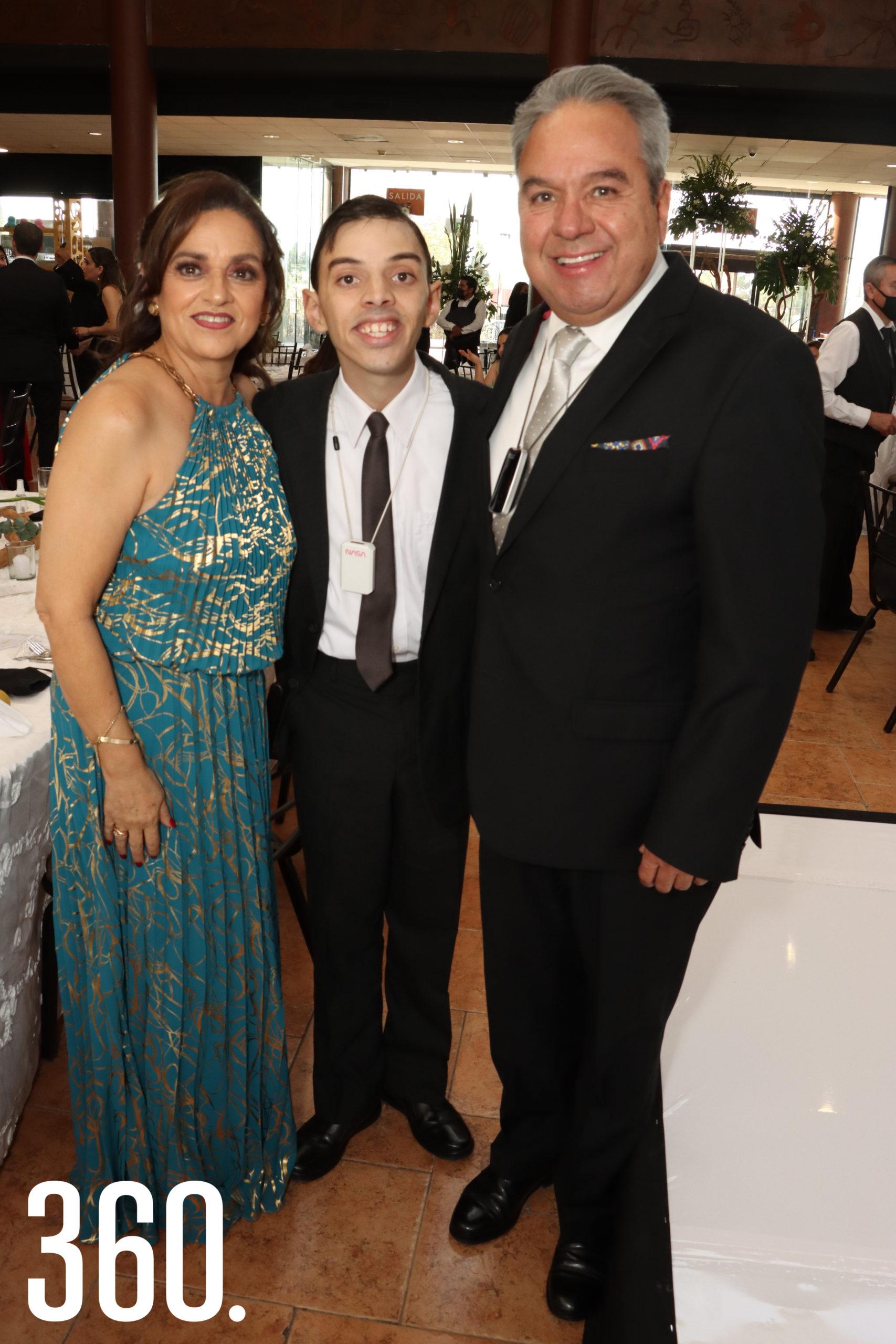 Thelma Aragón y Carlos Humberto Villalobos con su hijo Carlos Humberto junior.