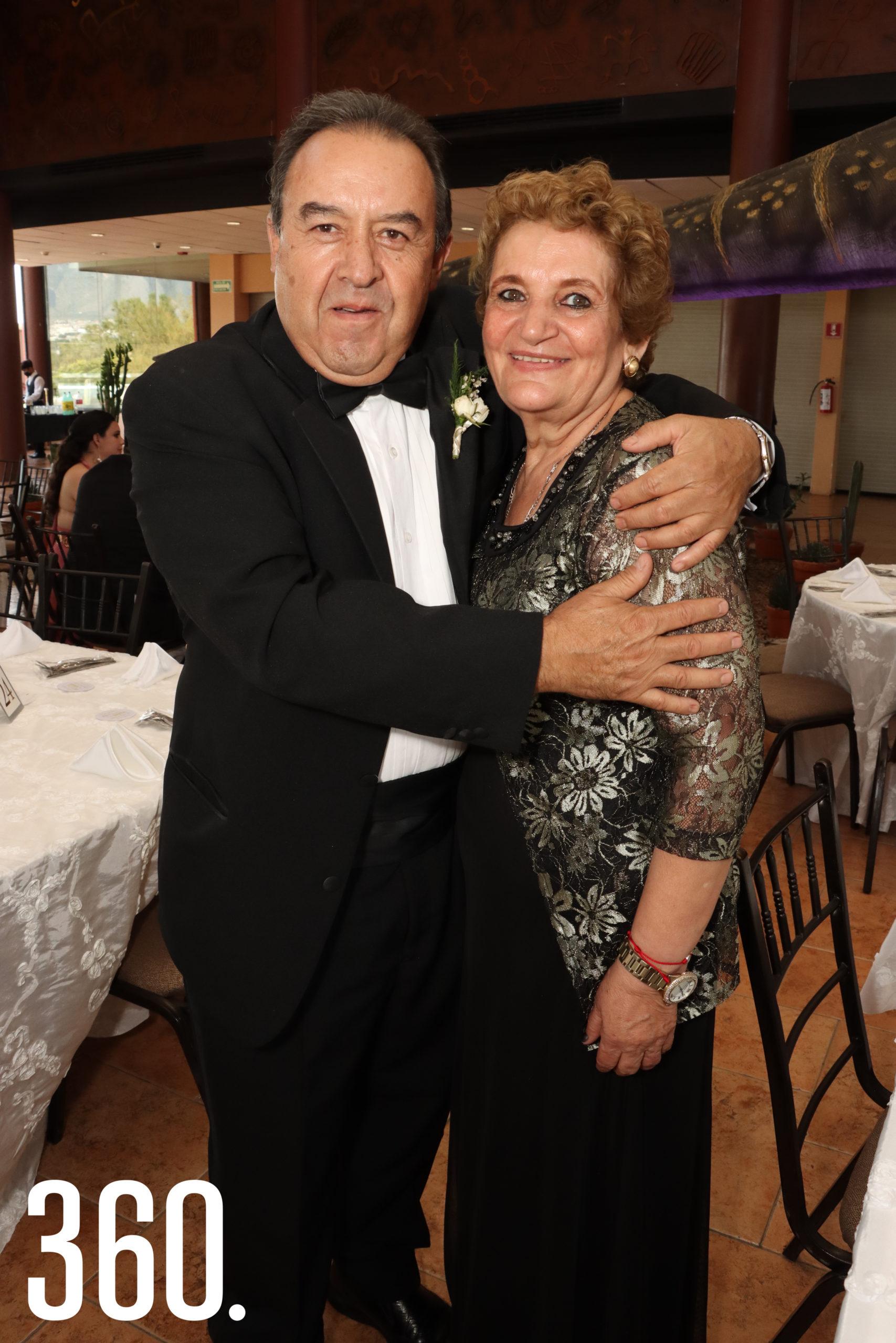 Elías Villalobos y Claudia Falcón, padrinos de arras.
