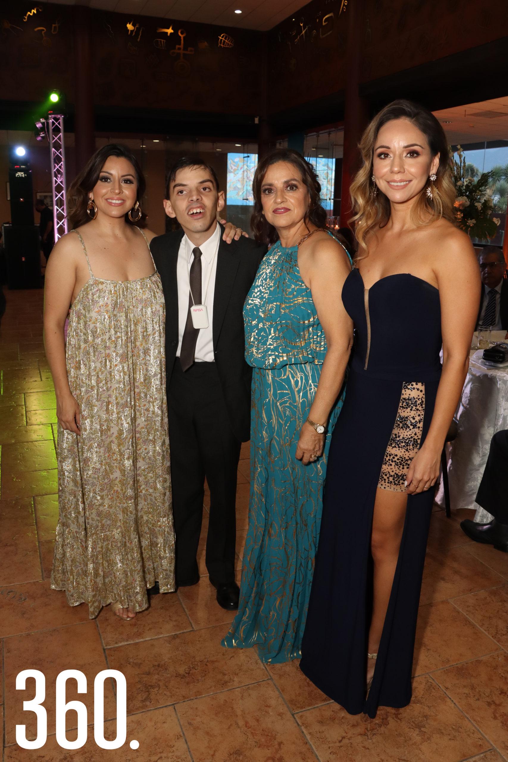 Thelma Aragón con sus hijos Fernanda, Carlos Humberto y Marijosé Villalobos Aragón.