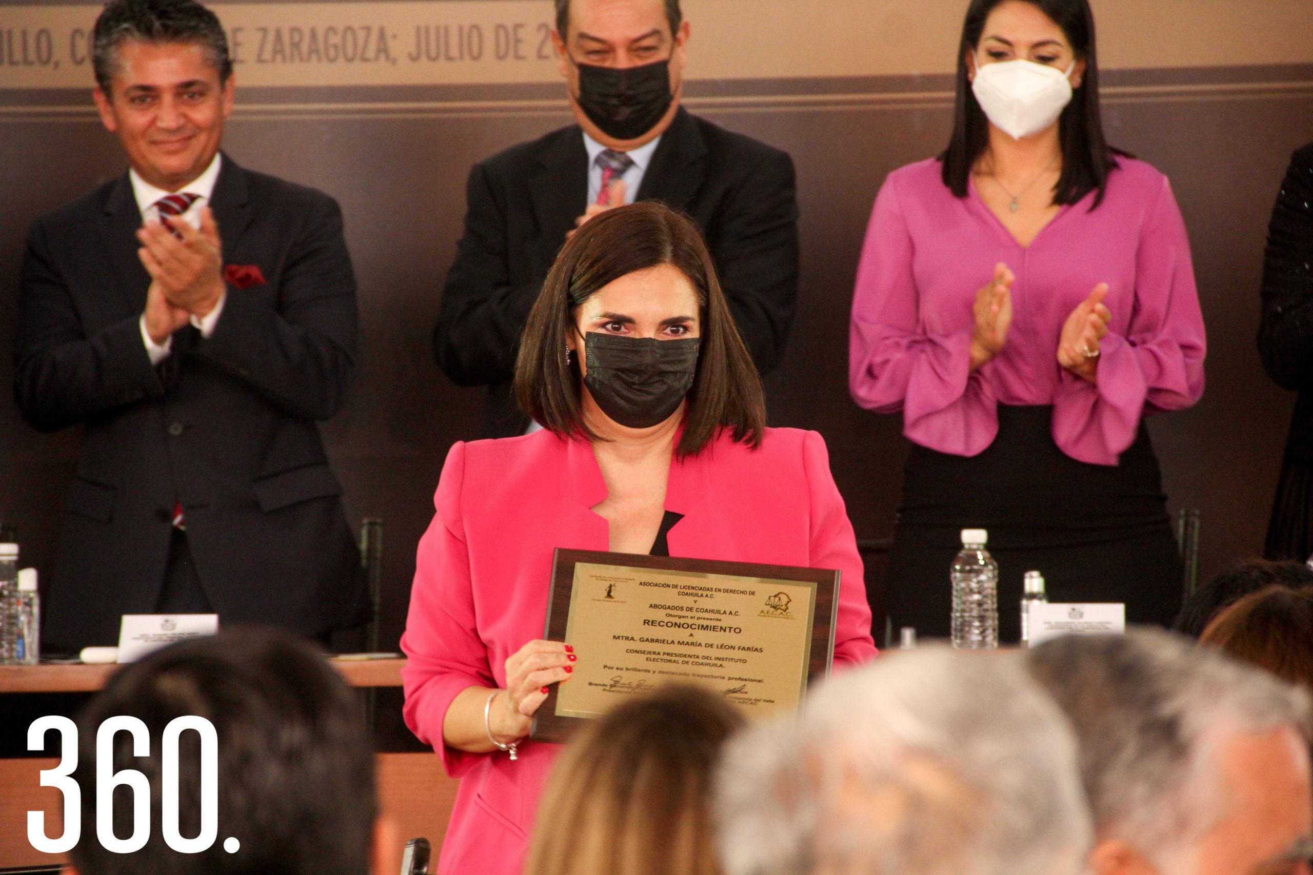 Gabriela de León, reconocida.