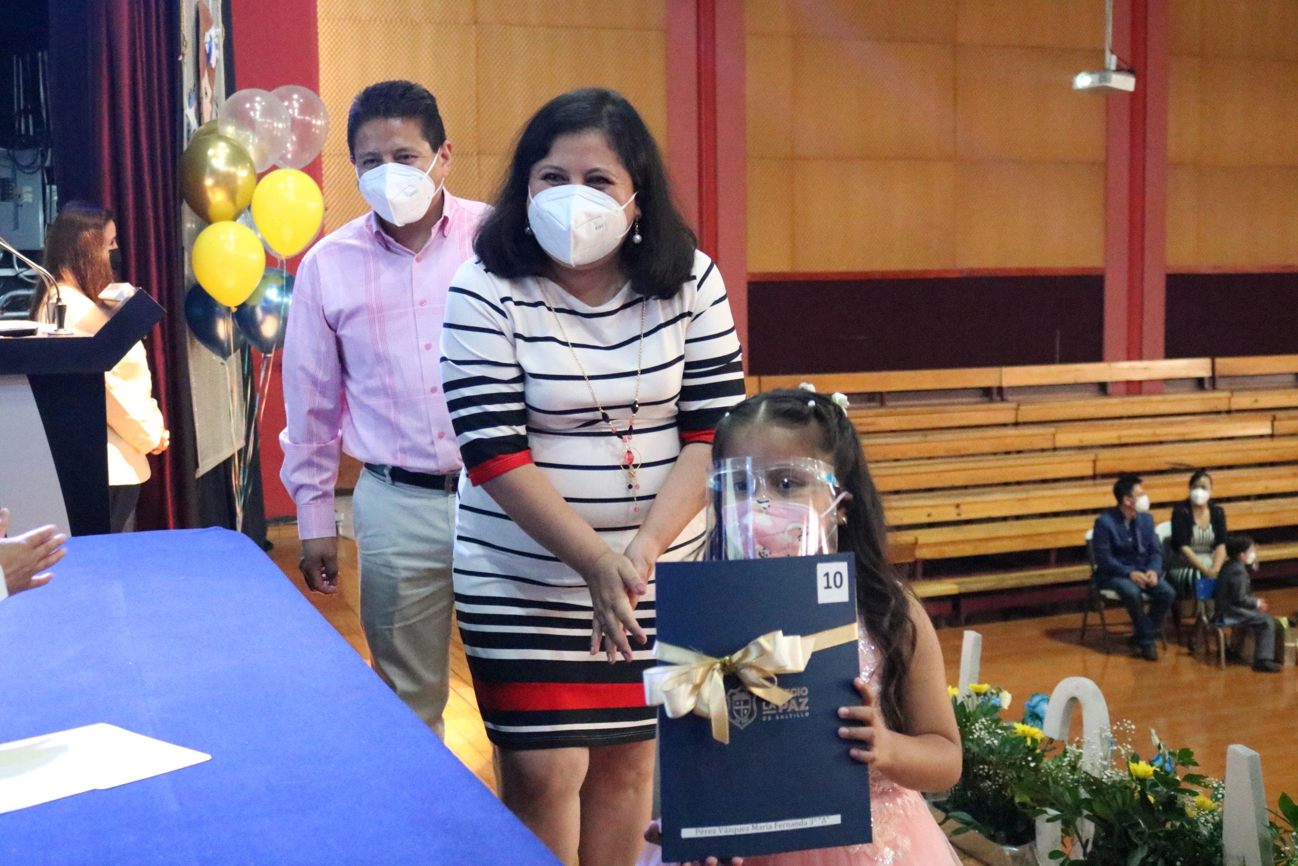 Alumnos de Preescolar reciben con sus padres el certificado de Preescolar.