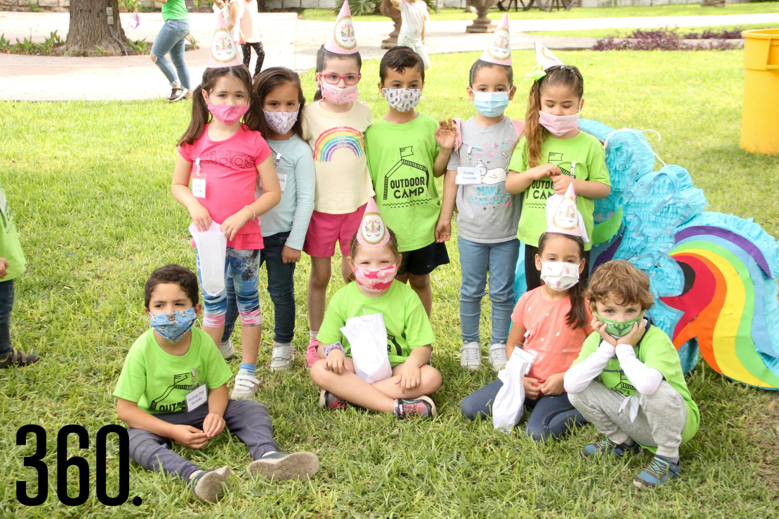 Foto grupal de niños participantes.