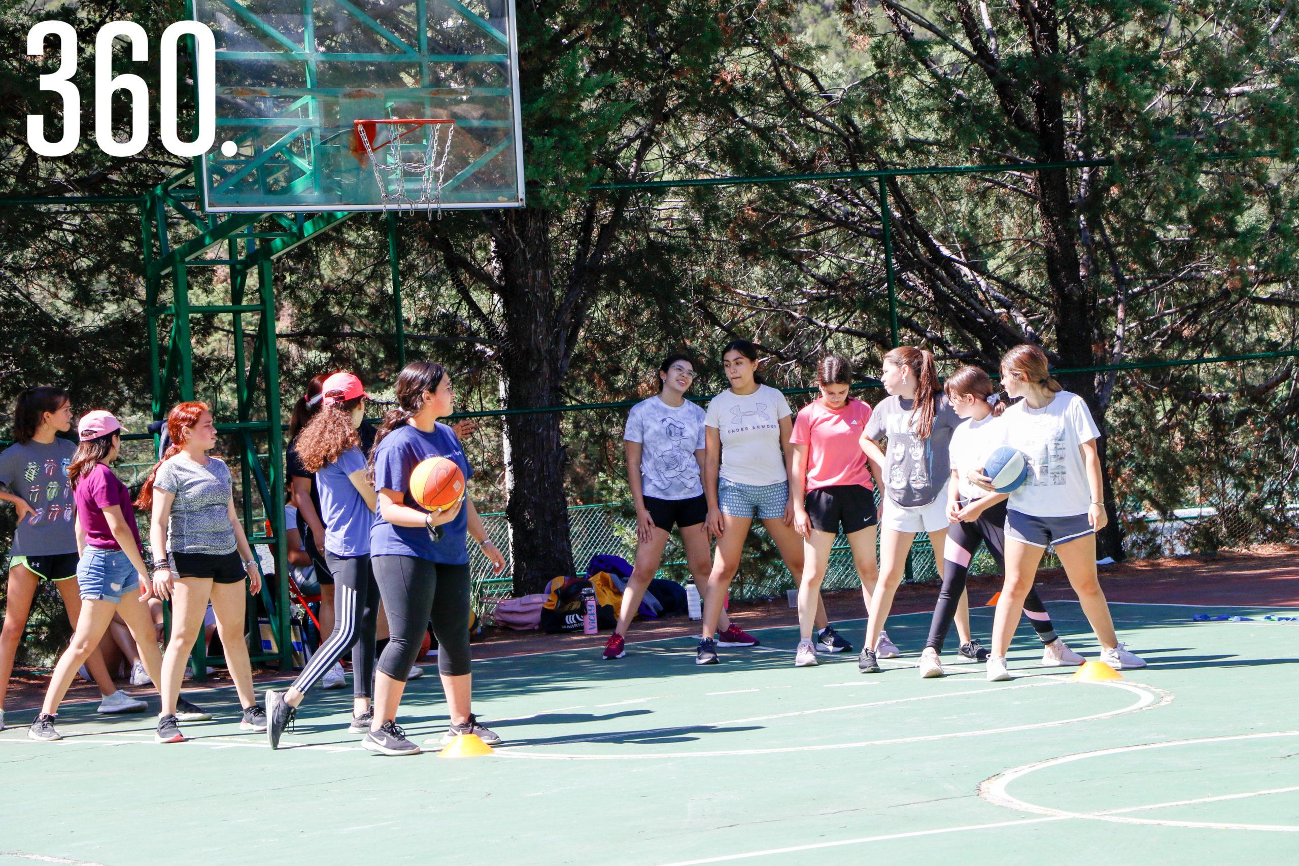 Participantes del summer camp en sus actividades.