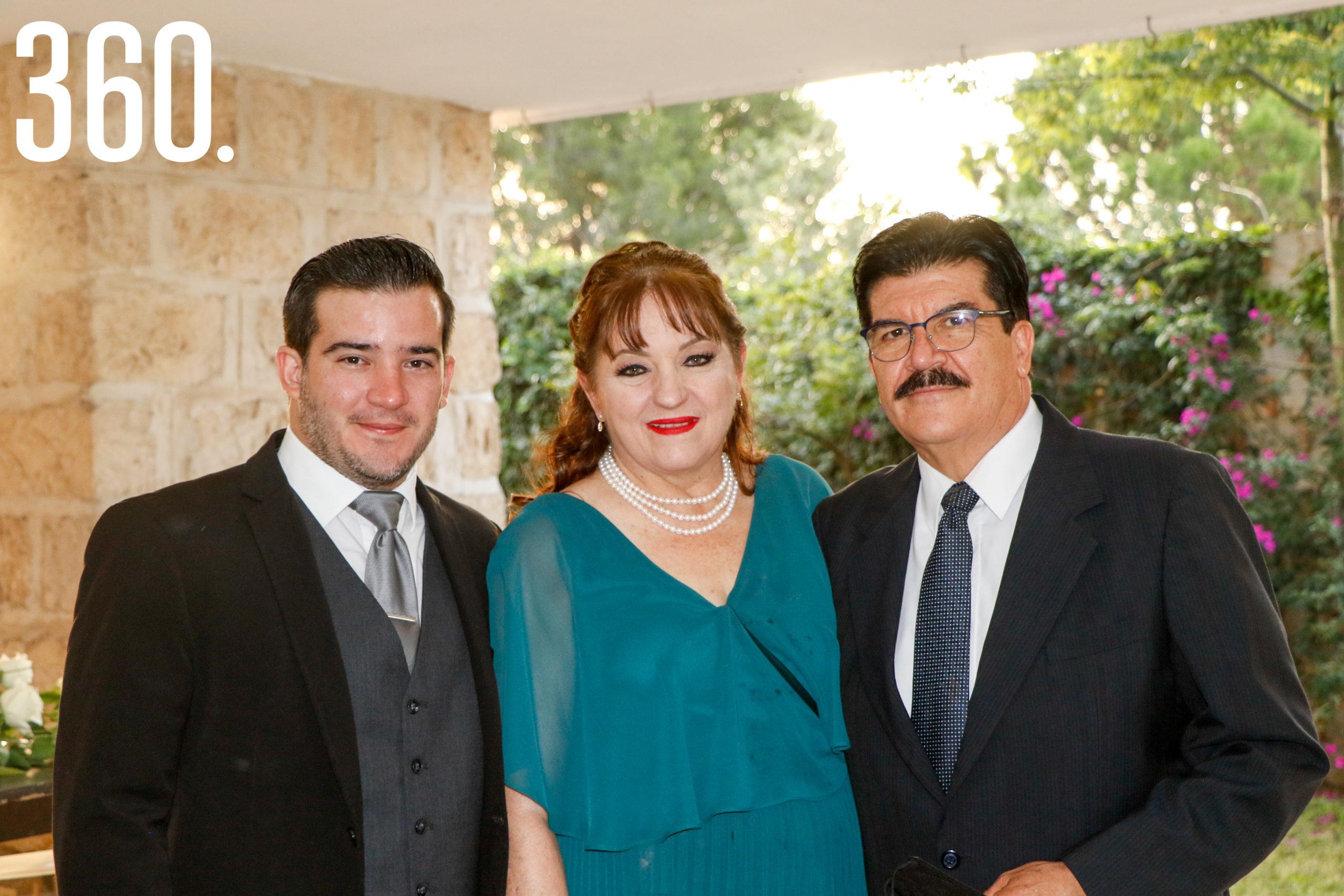 Gaspar Reyes, Sandra Peart y Gaspar Reyes.