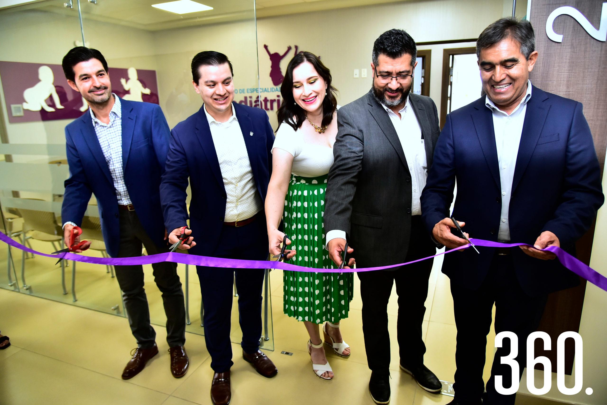 El corte formal del listón, para así quedar oficialmente inaugurado el Centro de Especialidades Pediátricas Saltillo.
