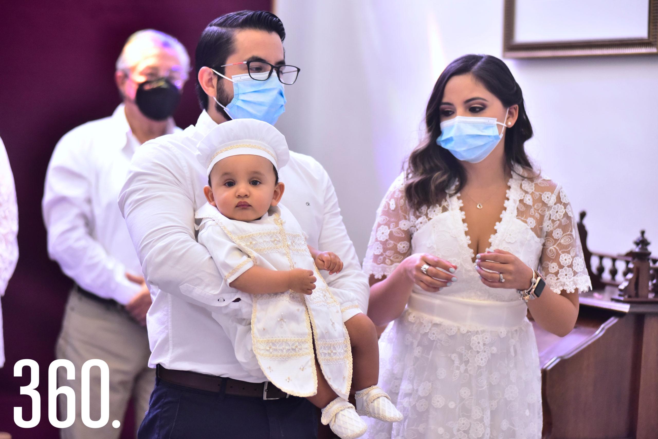 Armando Barragán Sousa con sus papás Armando Barragán y Paola Sousa.
