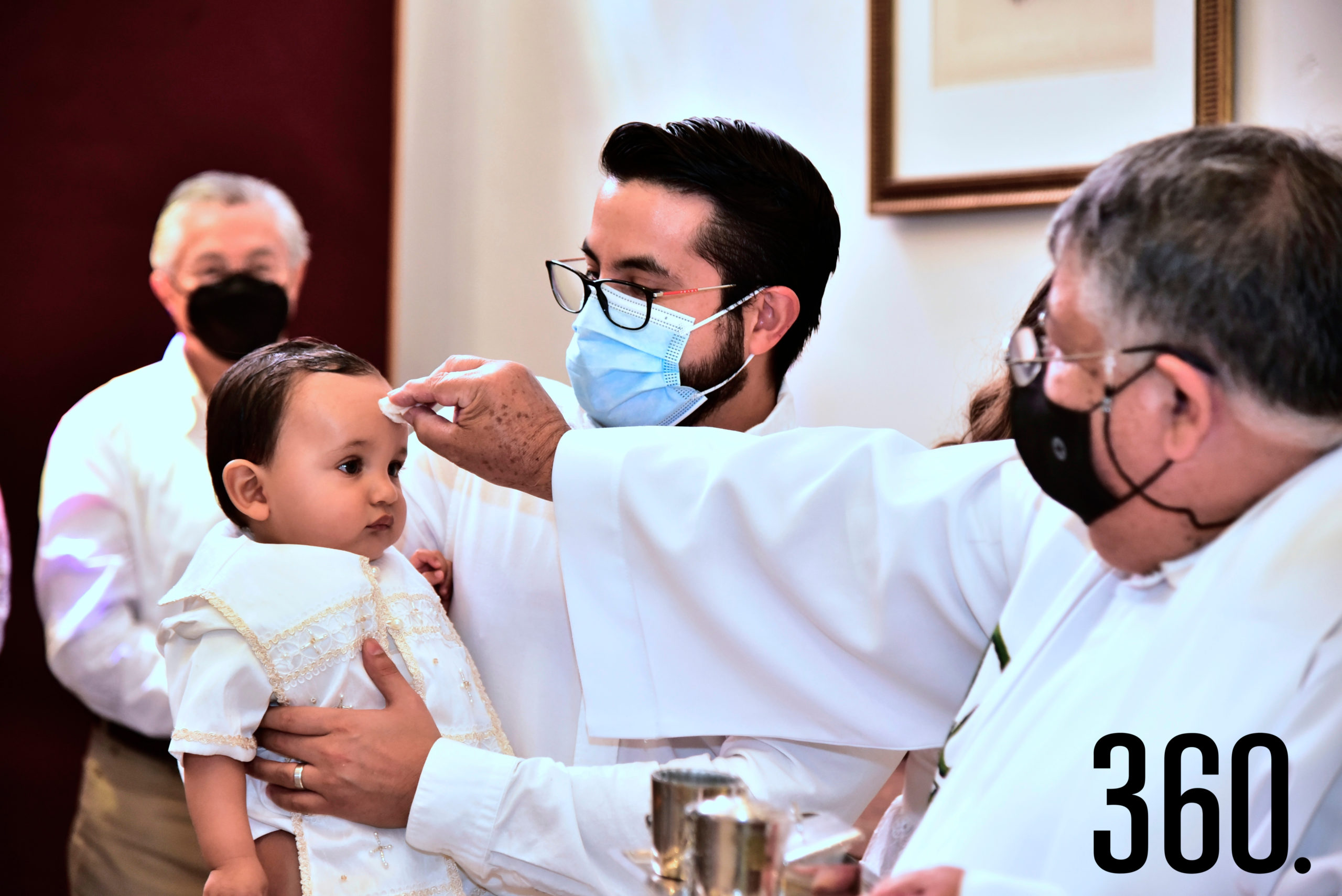Momento del bautizo de Armando.