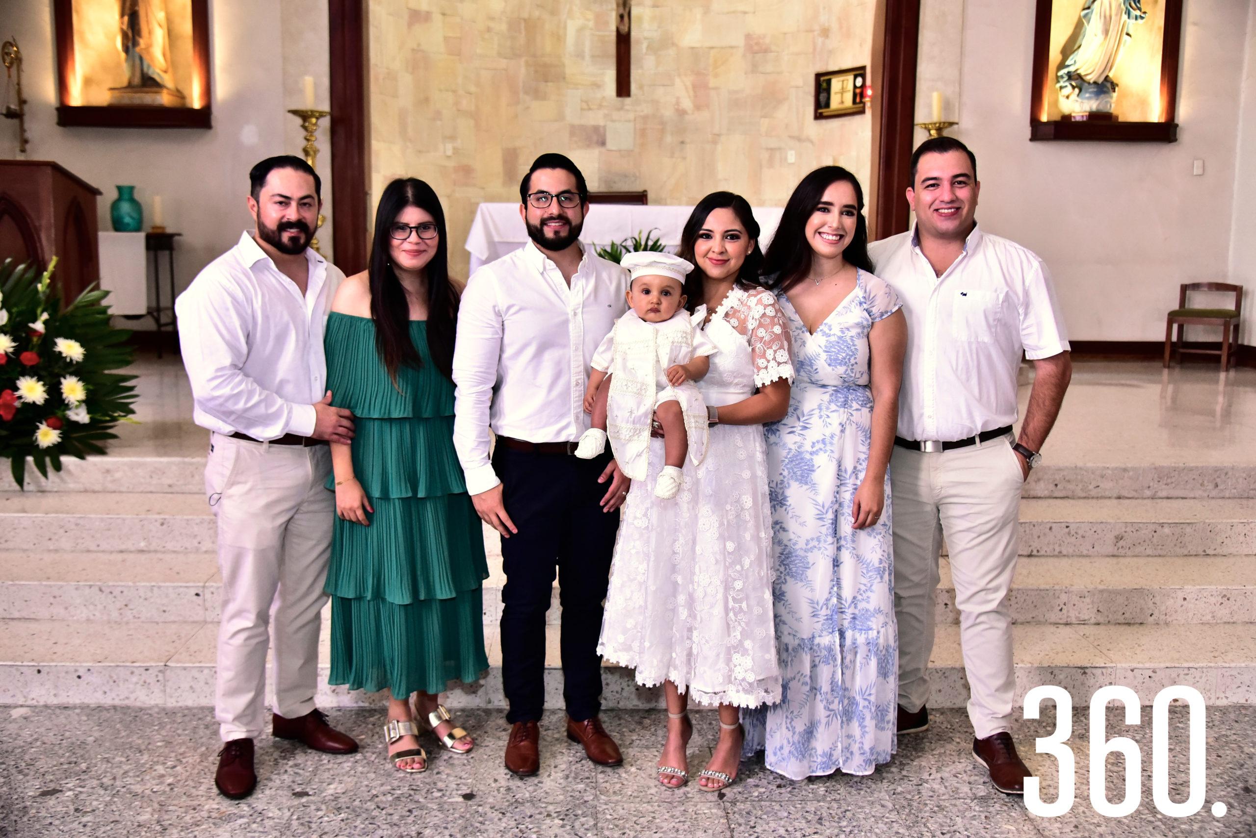 Armando con sus papás y padrinos.