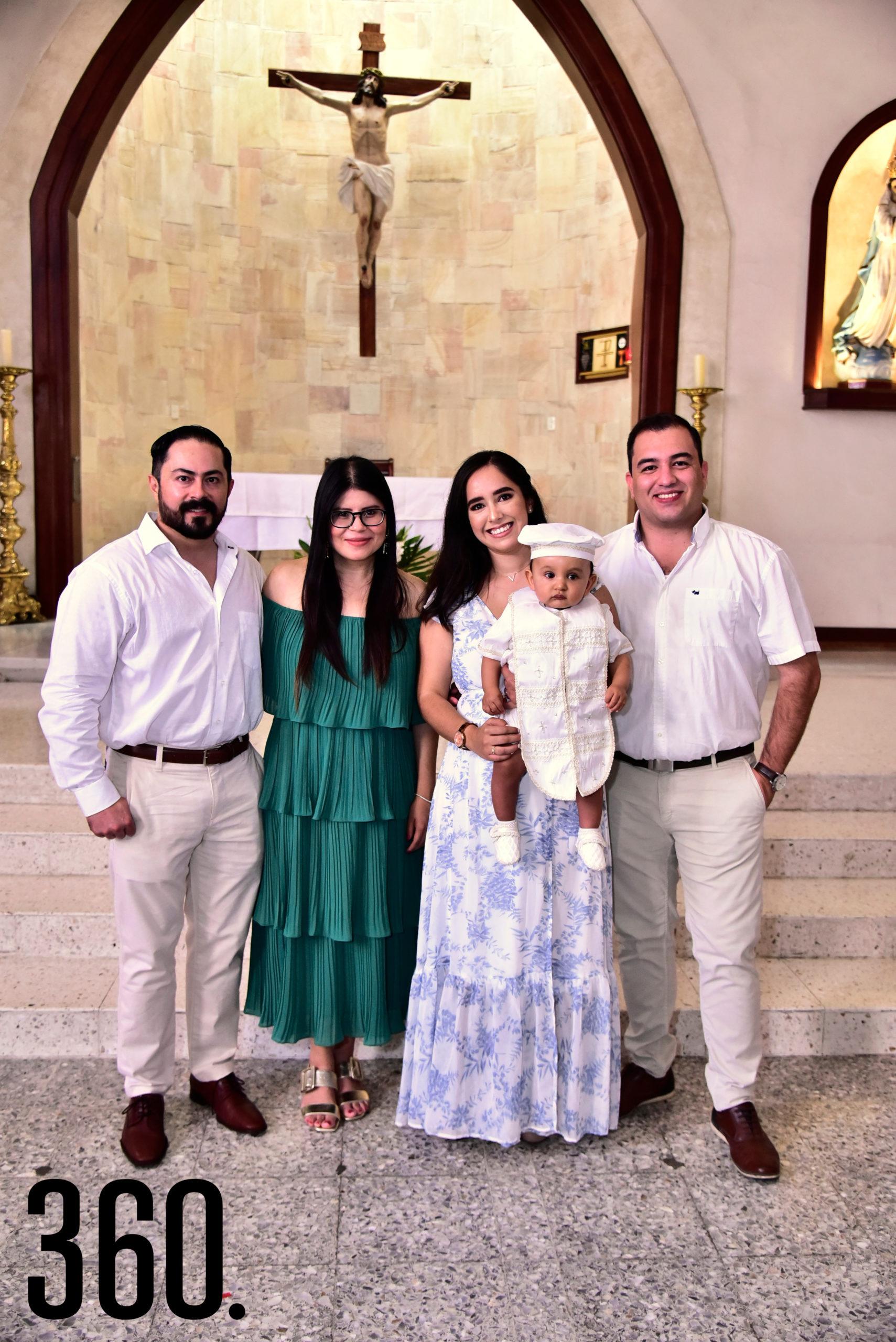Armando Barragán Sousa en brazos de sus padrinos Arnoldo Barragán, Carmen Zul, Valeria Rodríguez y Jorge Barraza.