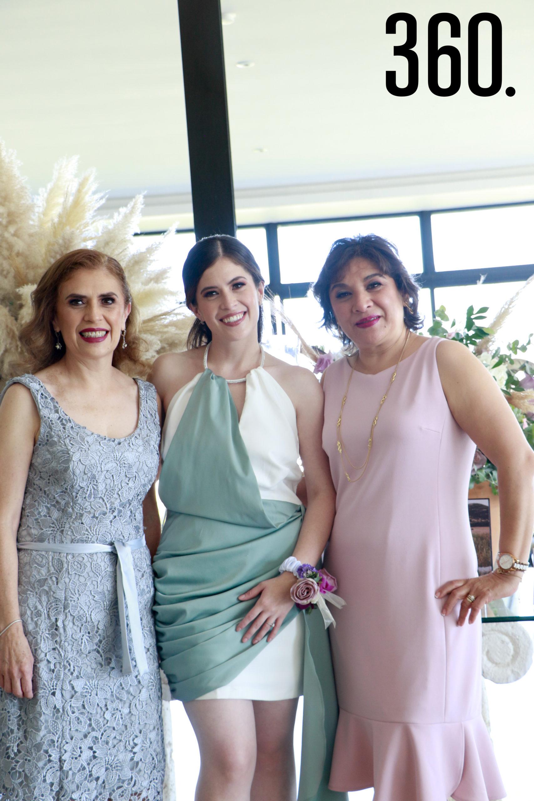 Andrea con su madre y su suegra, Patricia Castro y Coral Valdez.