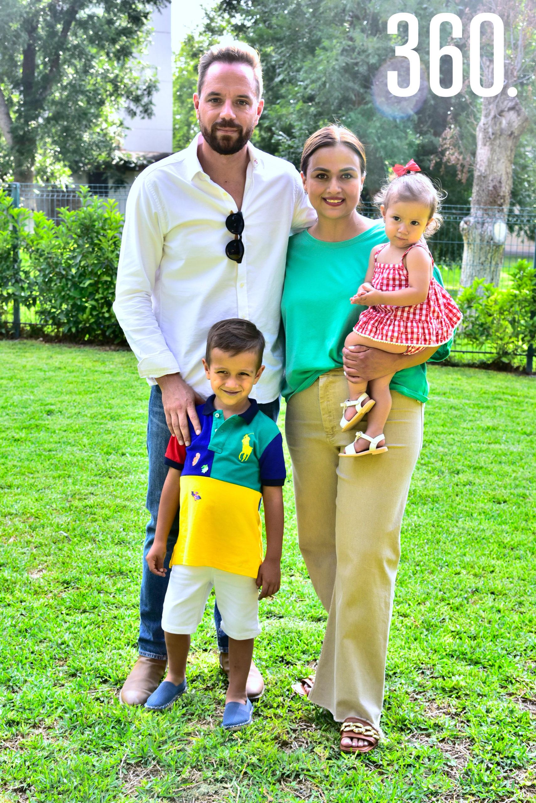 Mateo Kuijt Sandoval con sus papás Víctor Kuijt Rumayor y Alejandra Sandoval Magallanes.