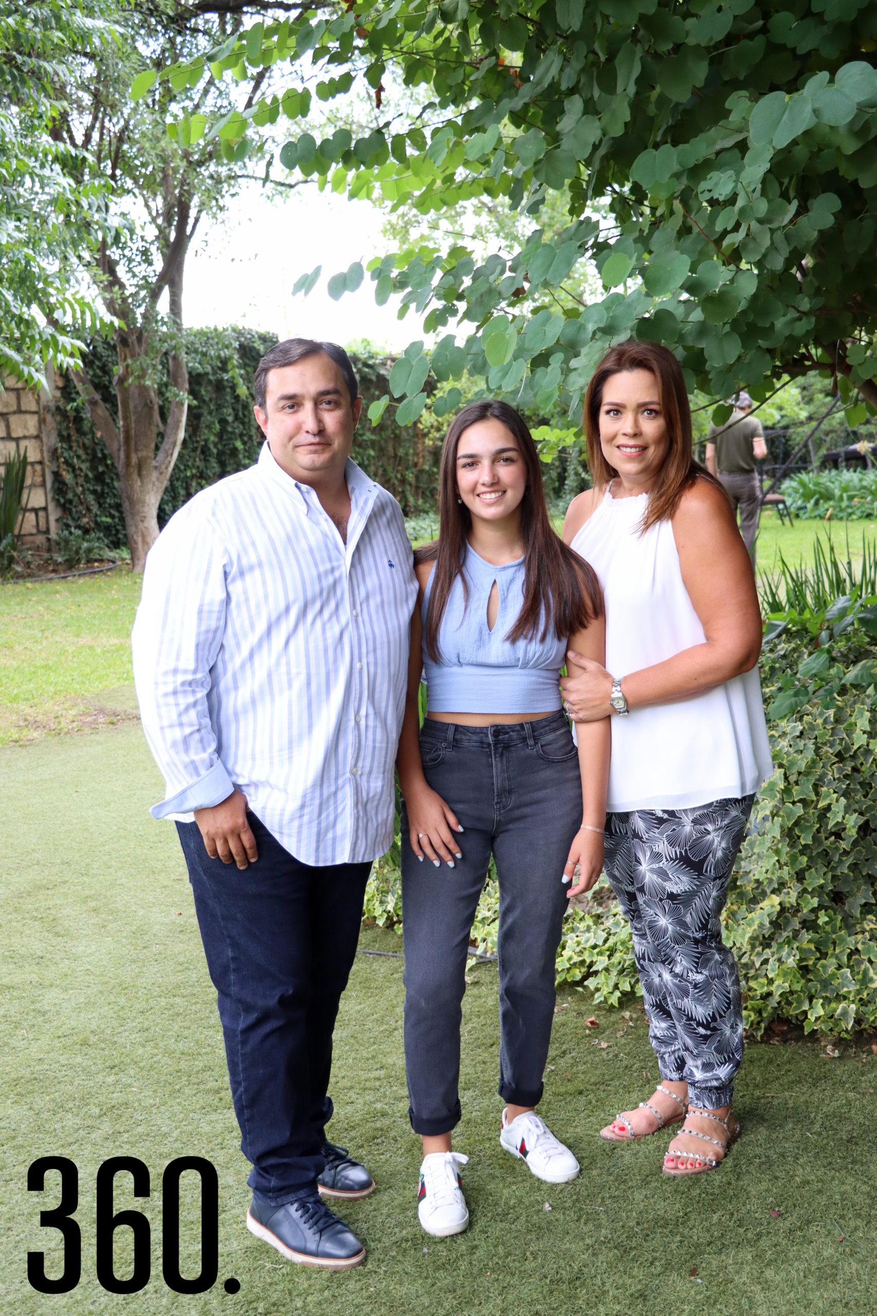 Isabella con sus padres, Eduardo Cárdenas y Marcela Carrillo.