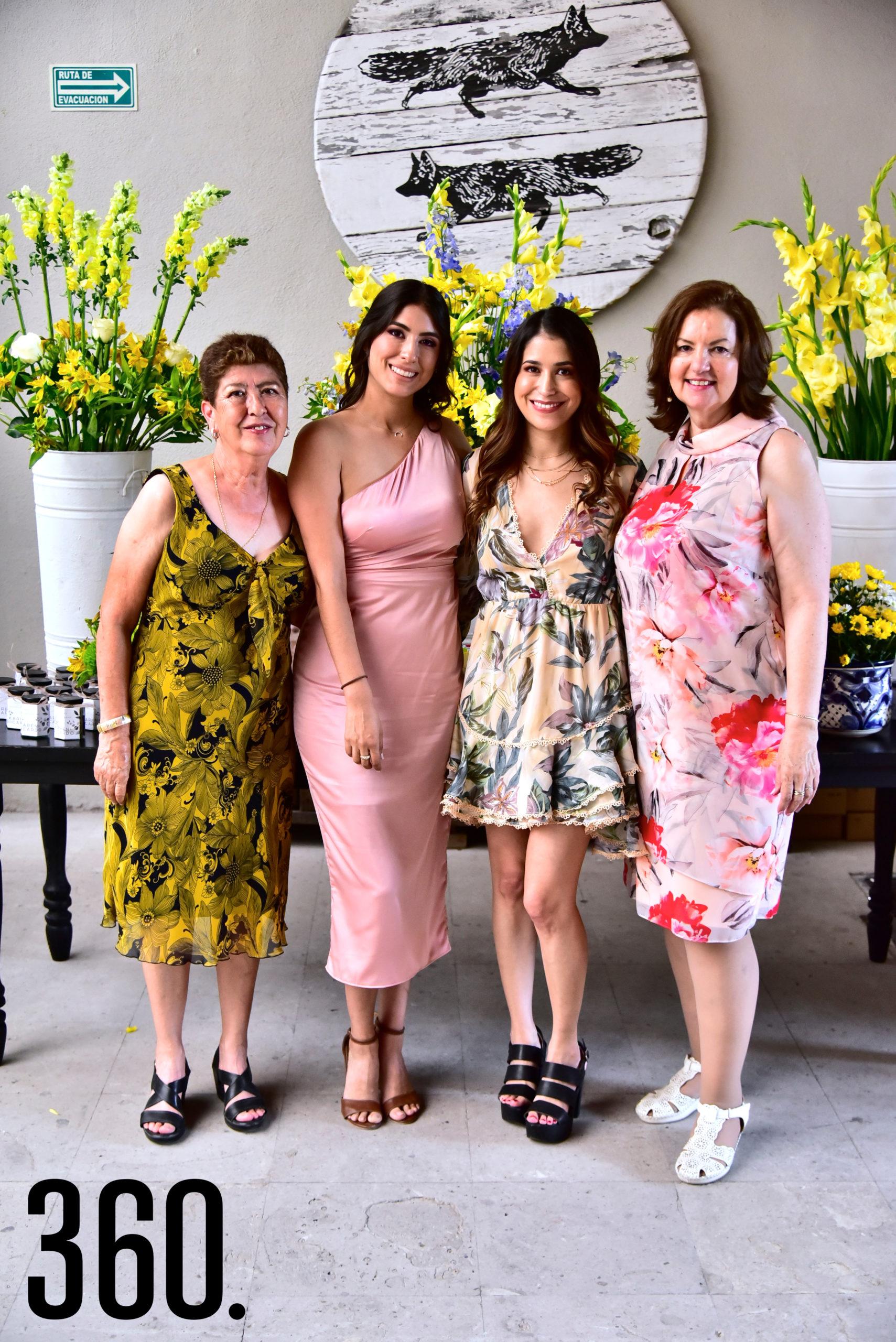Karen Mijares Berumen con sus organizadoras su mamá Luz María Berumen, su suegra Yolanda González y su hermana Viridiana Mijares.
