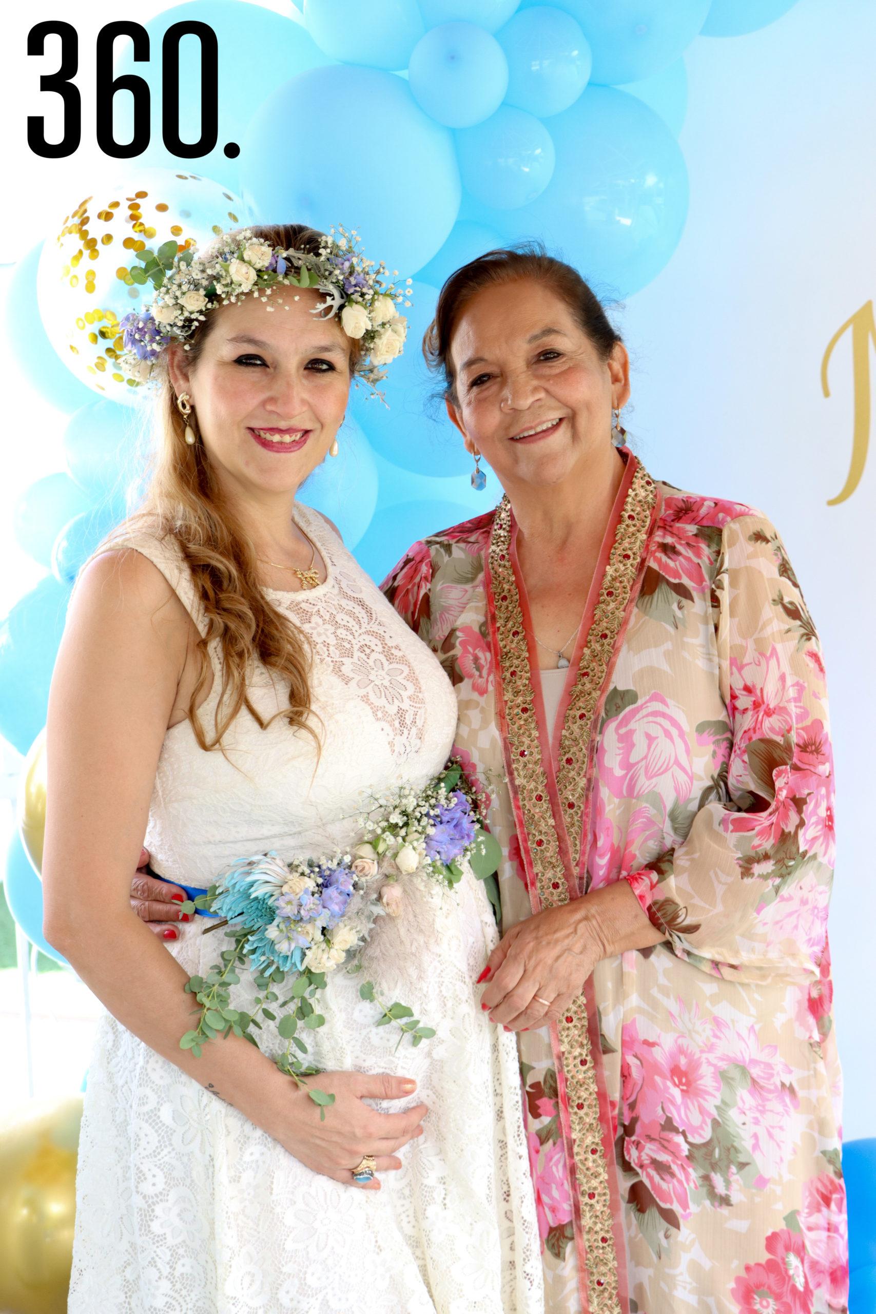 Rebeca con su madre, Guadalupe Cárdenas.