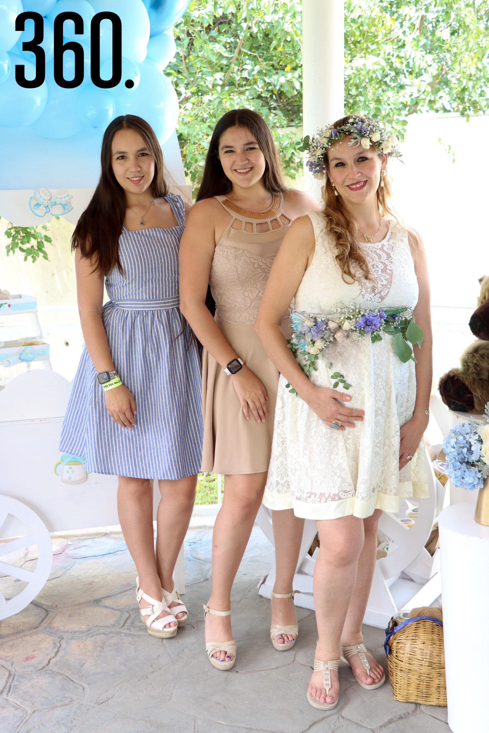 Rebeca con sus hijas, Andrea y Estefanía de Peña.