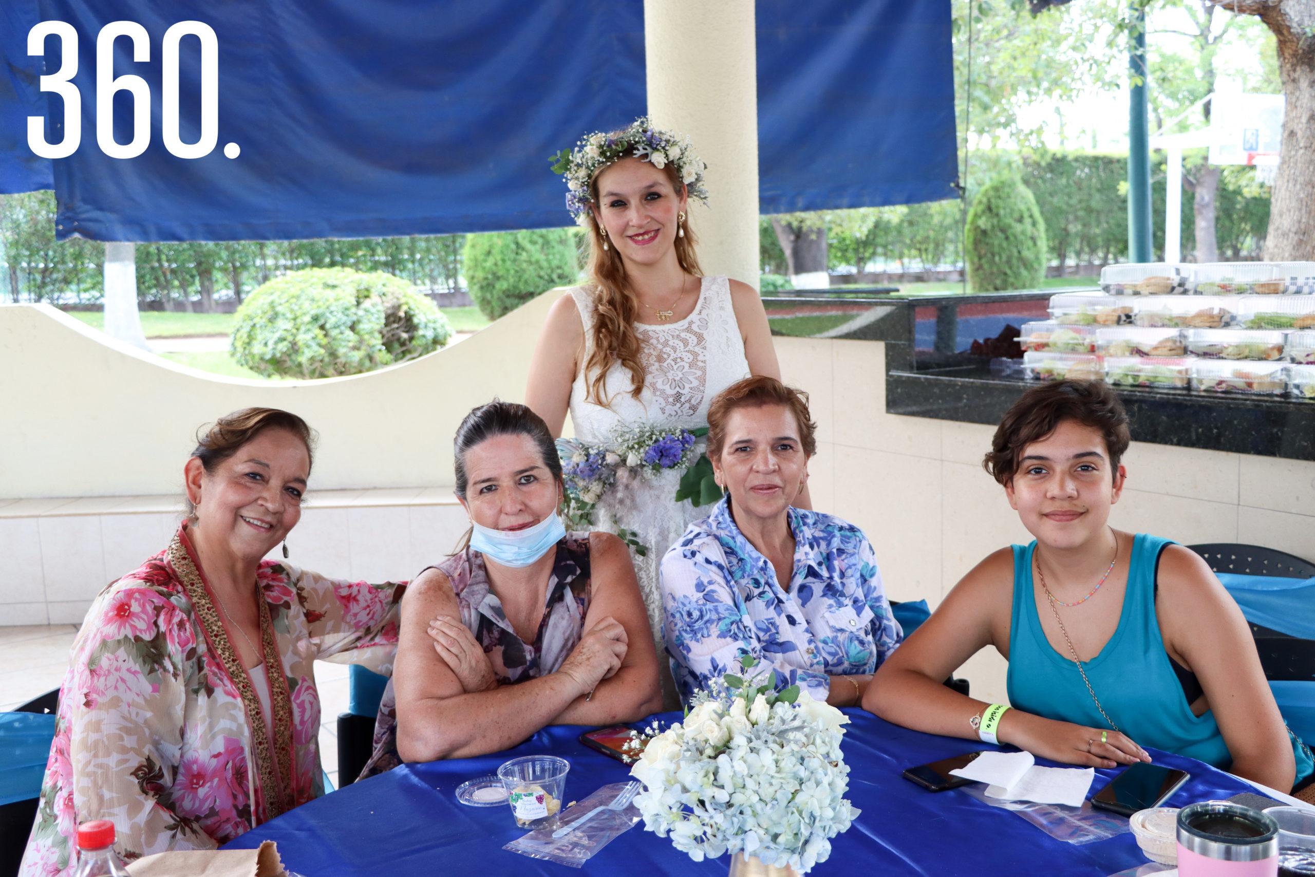 Rebeca con Guadalupe Cárdenas, Aracely González, Meli Cárdenas y Marisol Guerrero.