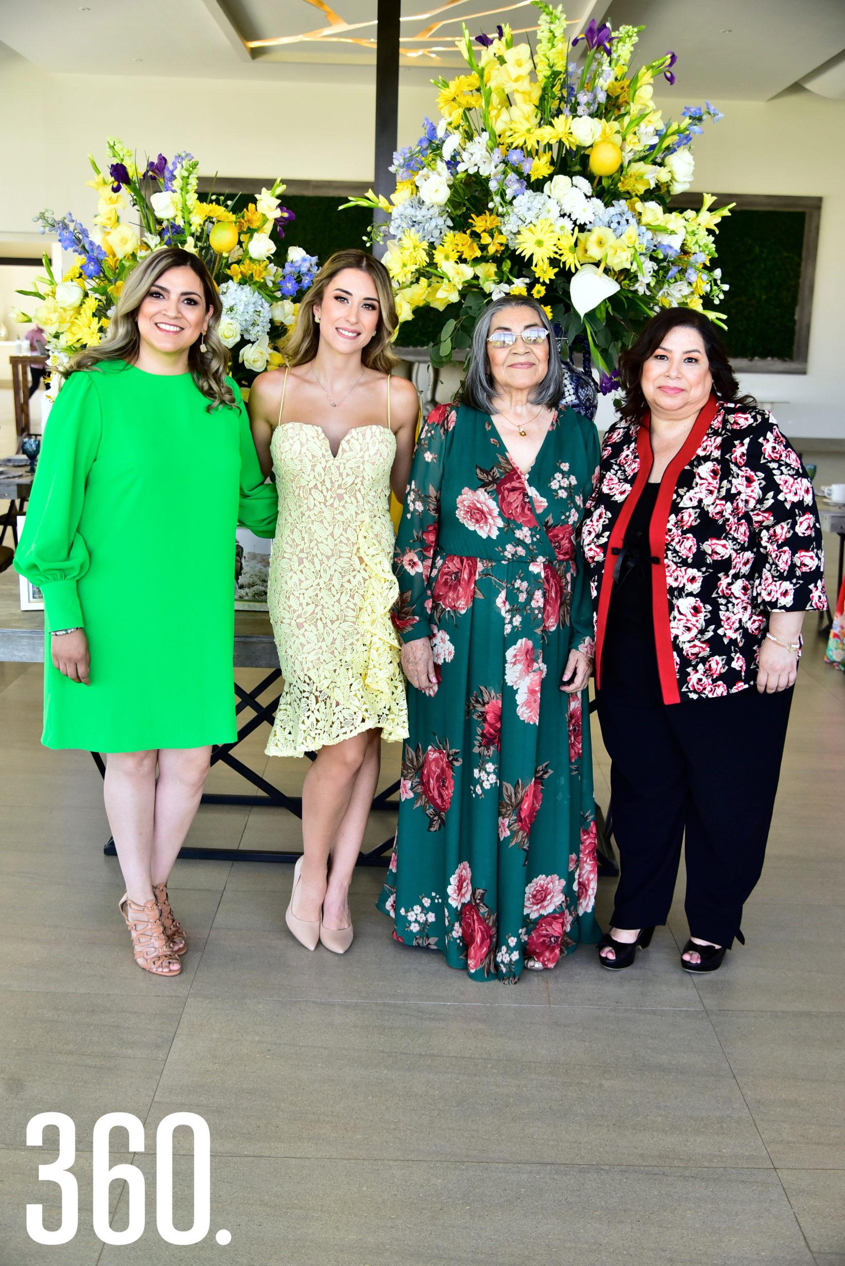 María Isabel Ayup Denigris con sus cuñadas Sonia Solís, Marisela Solís y su suegra Juliana Martínez.