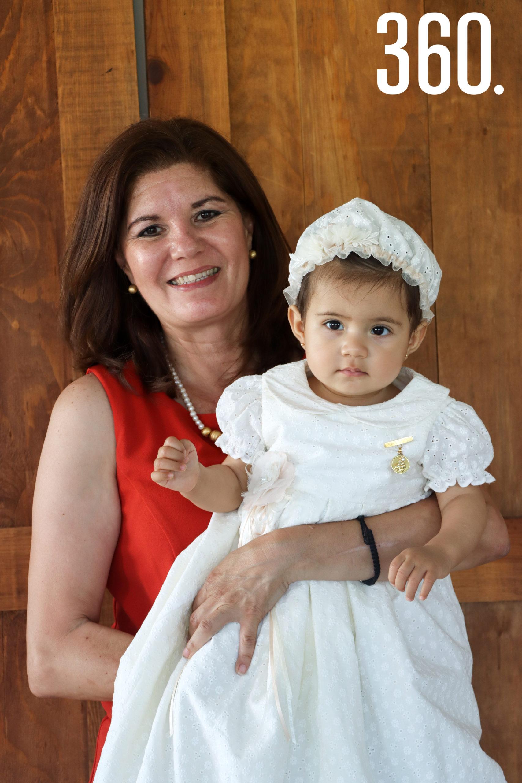 Constanza con su abuela paterna, Mina Salinas.