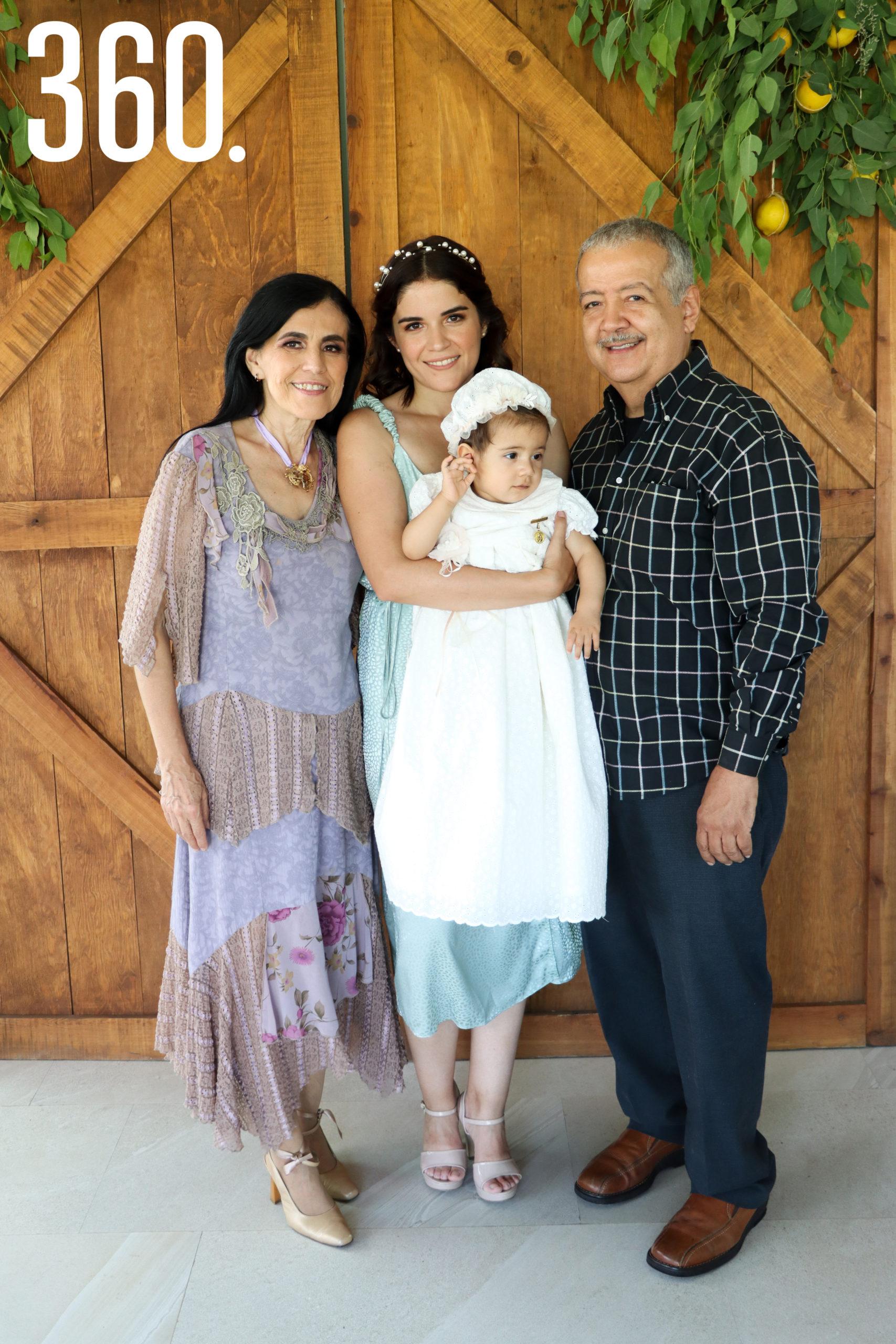 Constanza con su madre y abuelos maternos, Paty Sánchez, Pamela Ramos y Jaime Ramos.