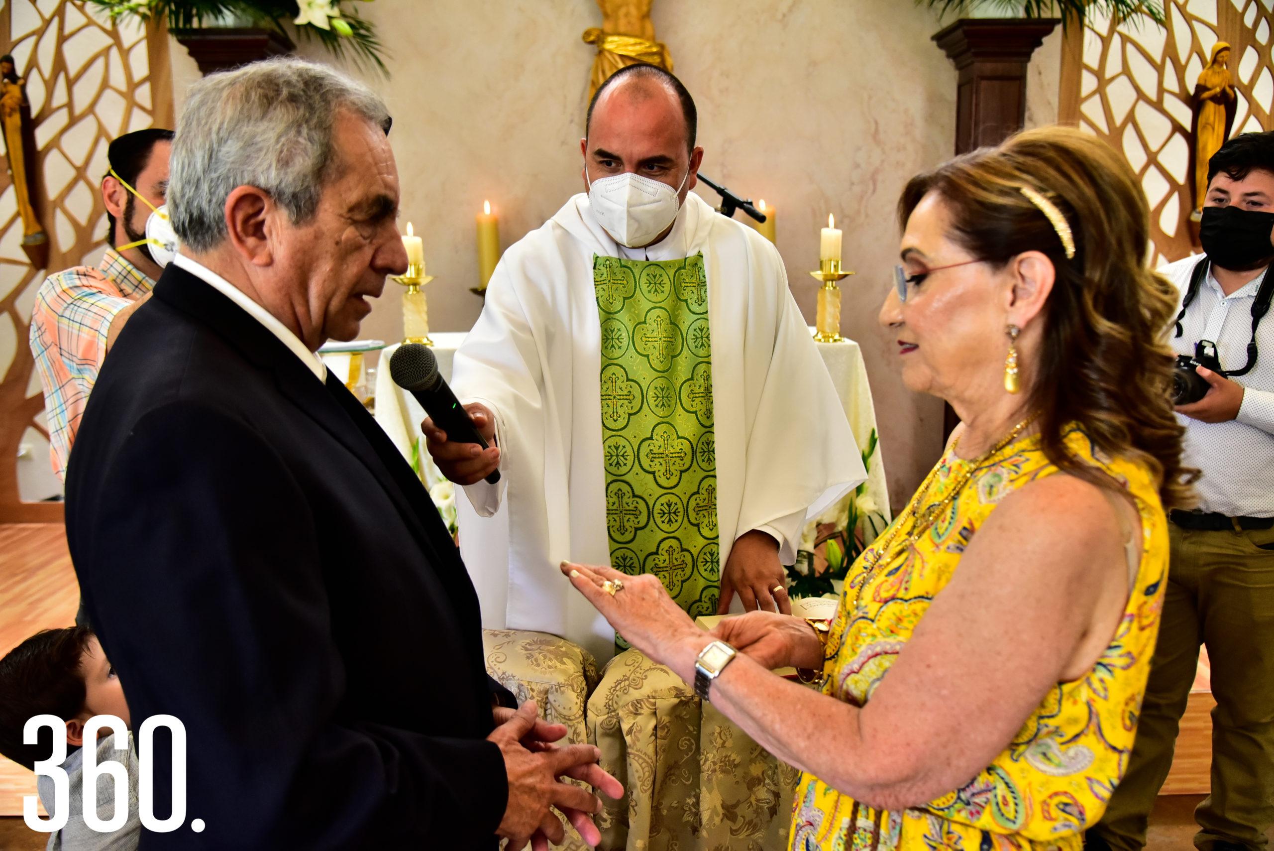 La pareja fue bendecida por el padre Luis Fernando Morales Perales.