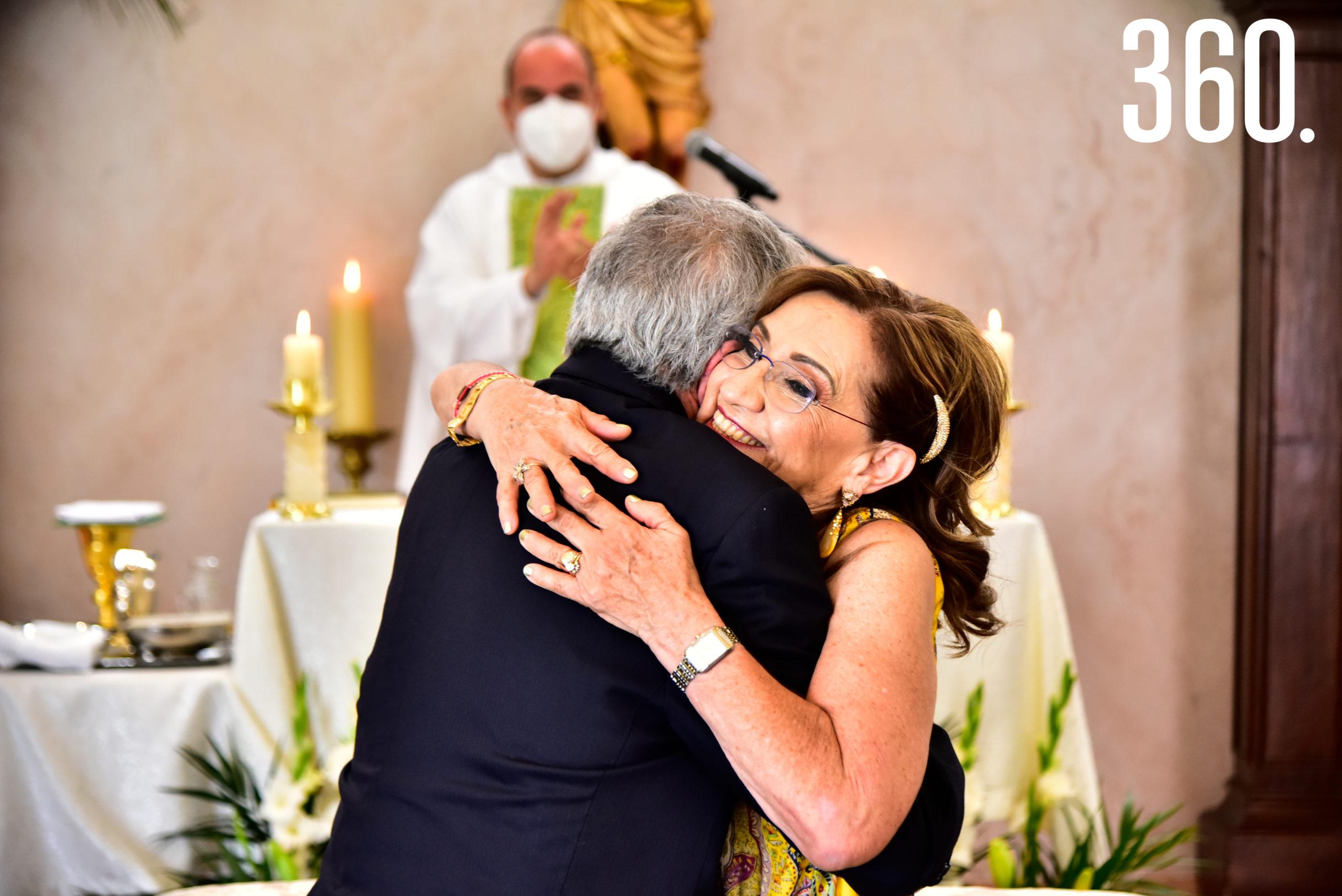 El matrimonio felicitándose.