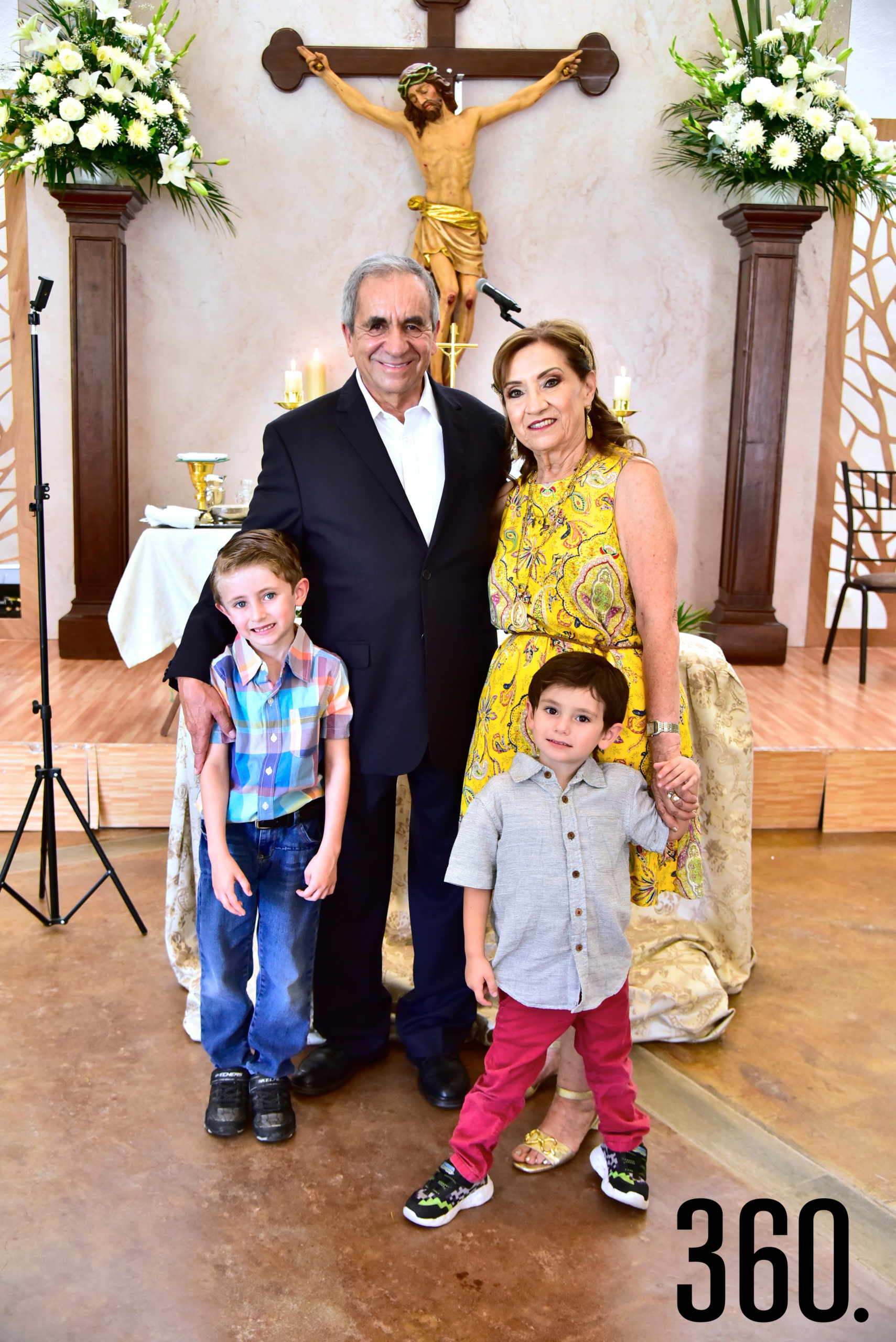 Los festejados con sus nietos.
