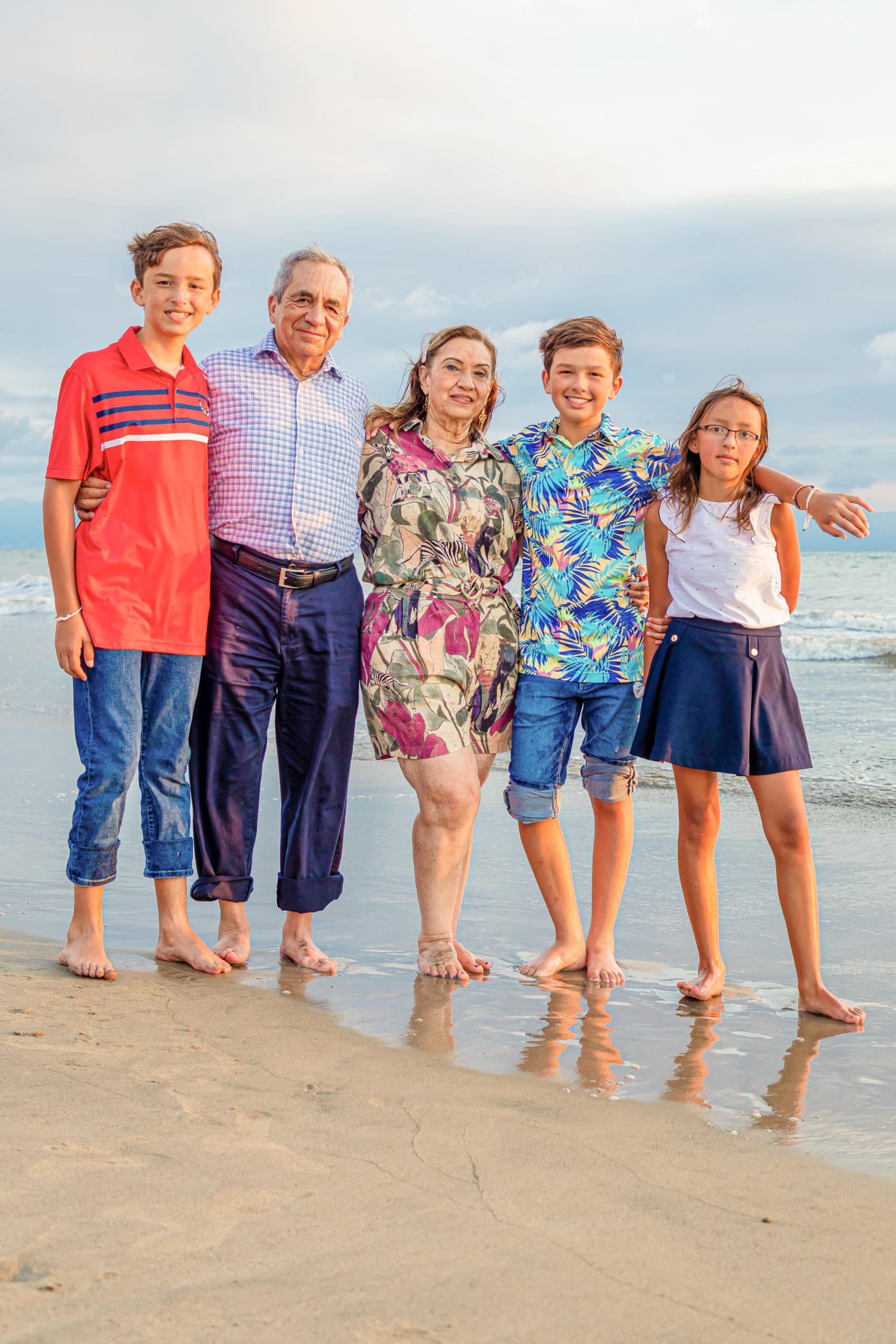 Los abuelos con sus nietos Jorge, David y Estela.