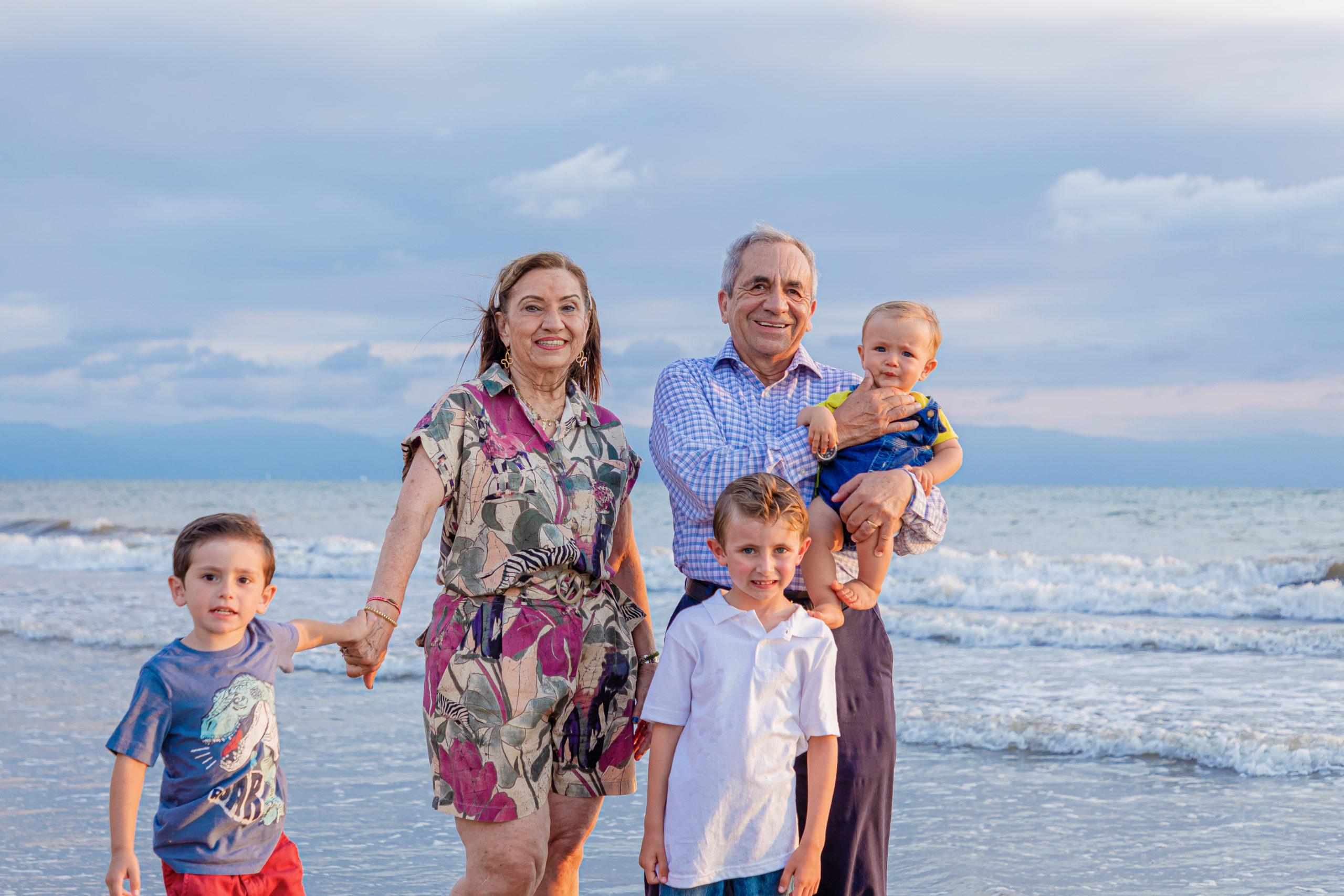 Los abuelos con Pablo, Roberto y Gabrielito.