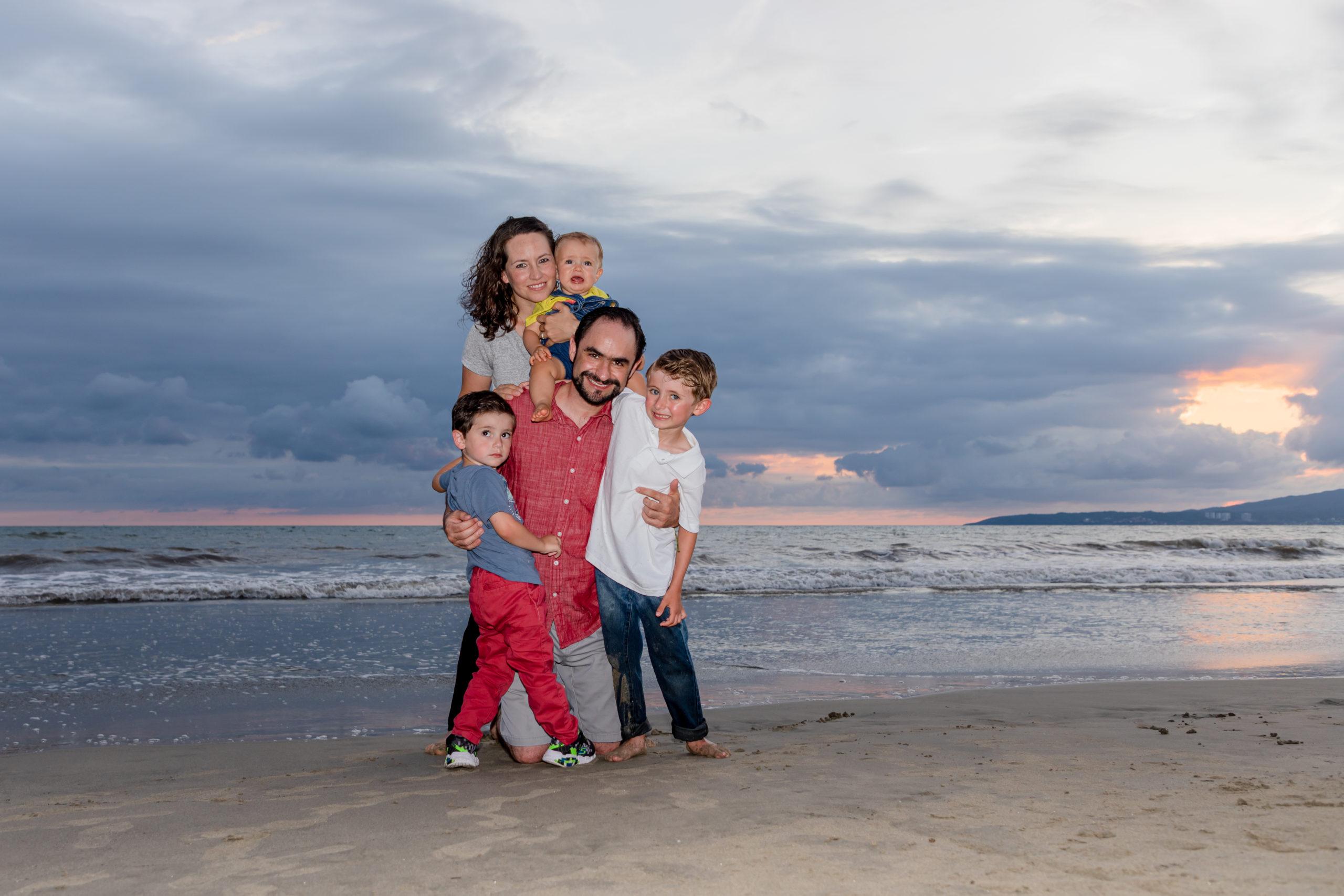 Sofi y Gabriel con sus hijos Gabrielito, Pablo y Roberto