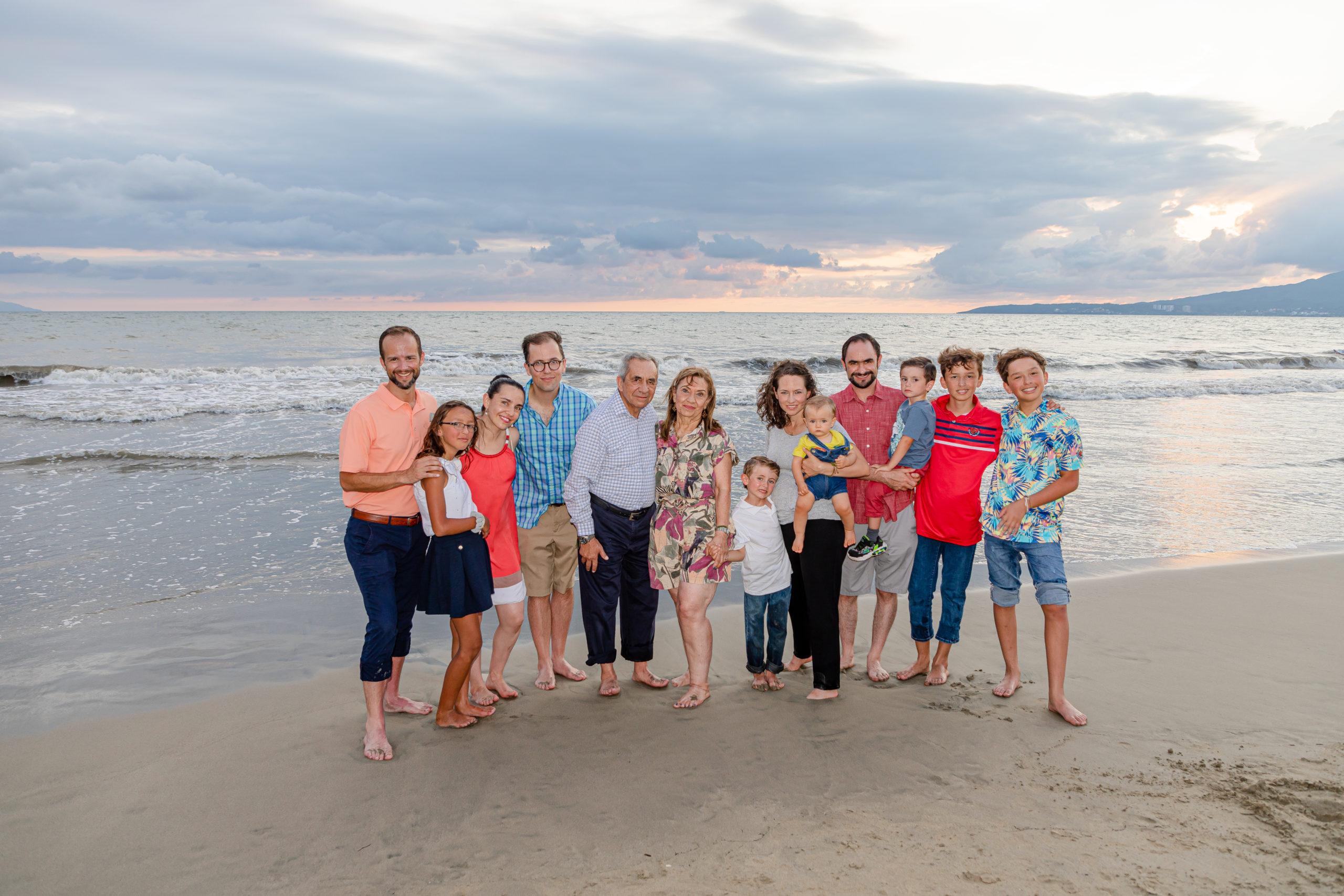 La familia completa con los festejados.