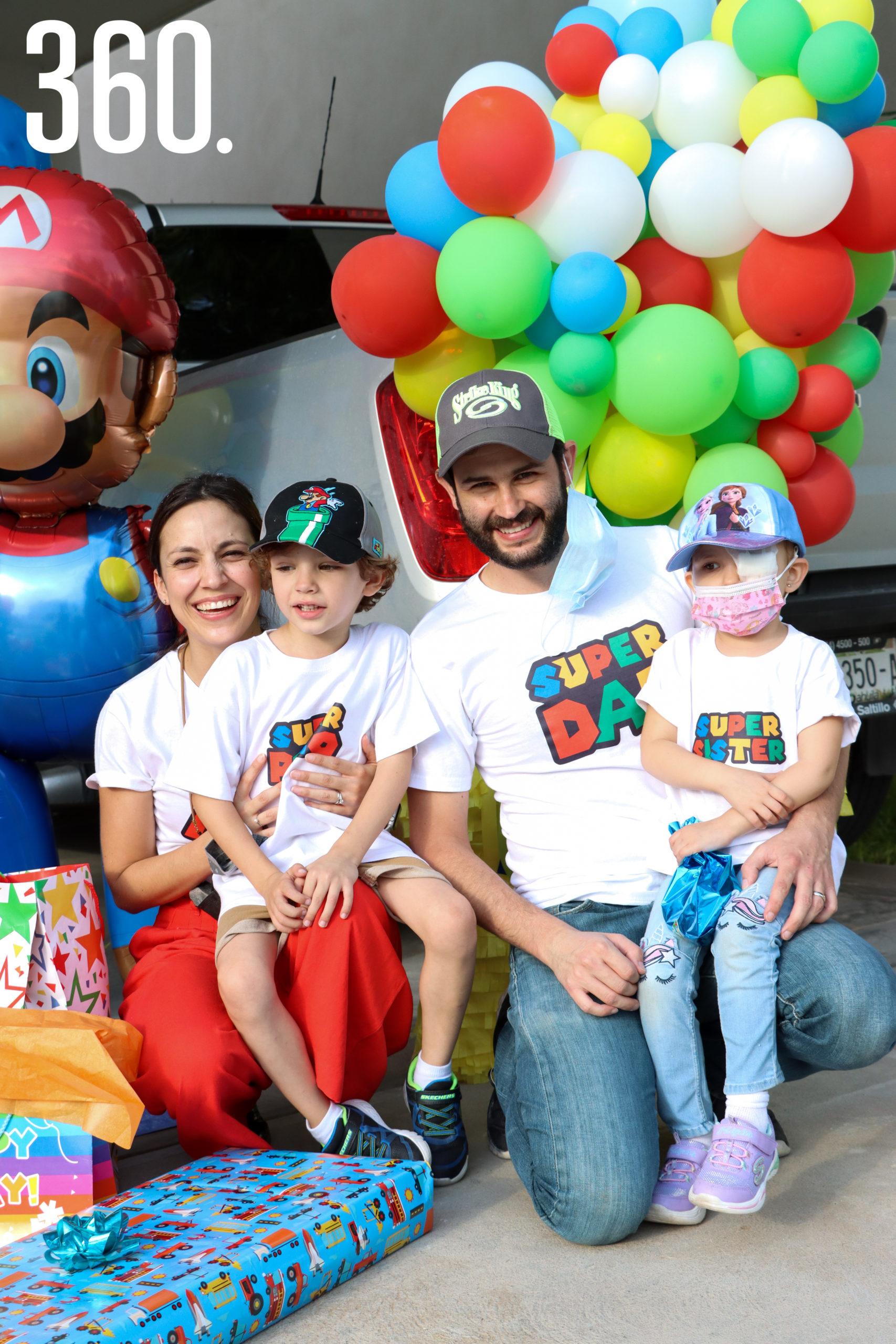 Polo con sus padres y hermana, Karla Treviño, Polo Herrera y Ana Karla Treviño.