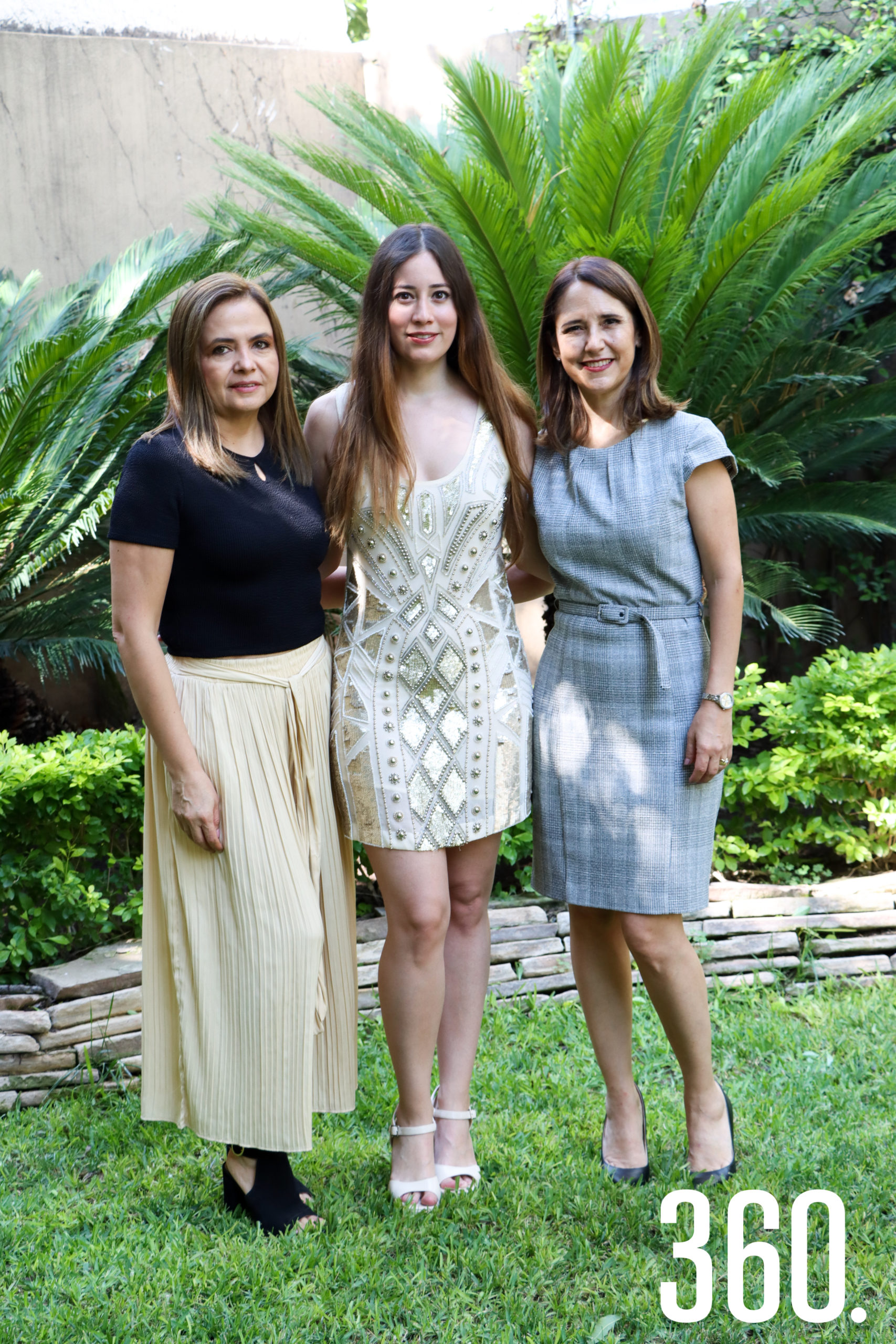 Nora con Liz Vallarta y Betty Cárdenas de Vallarta, organizadoras.
